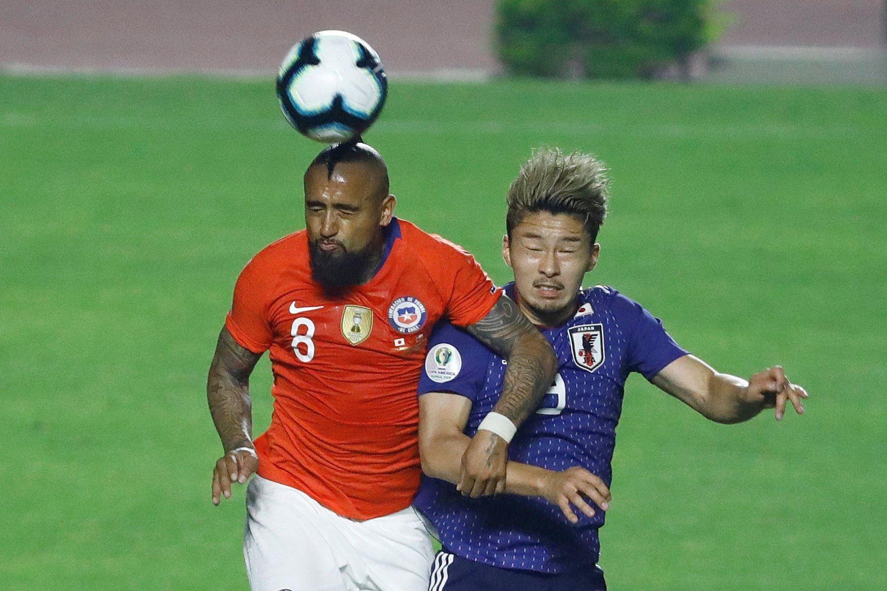 Daizen Maeda de Japón pelea un balón con Arturo Vidal de Chile durante el partido Japón-Chile del Grupo C de la Copa América de Fútbol 2019. Foto: EFE