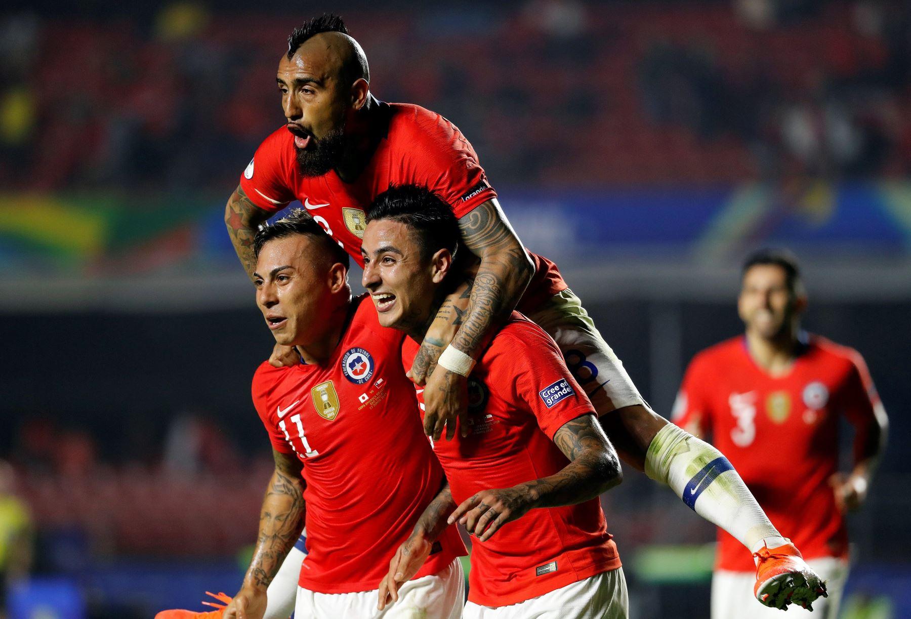 El jugador de Chile Erick Pulgar (c) celebra un gol con Eduardo Vargas y Arturo Vidal (arriba) durante el partido Japón-Chile del Grupo C de la Copa América de Fútbol 2019. Foto: EFE