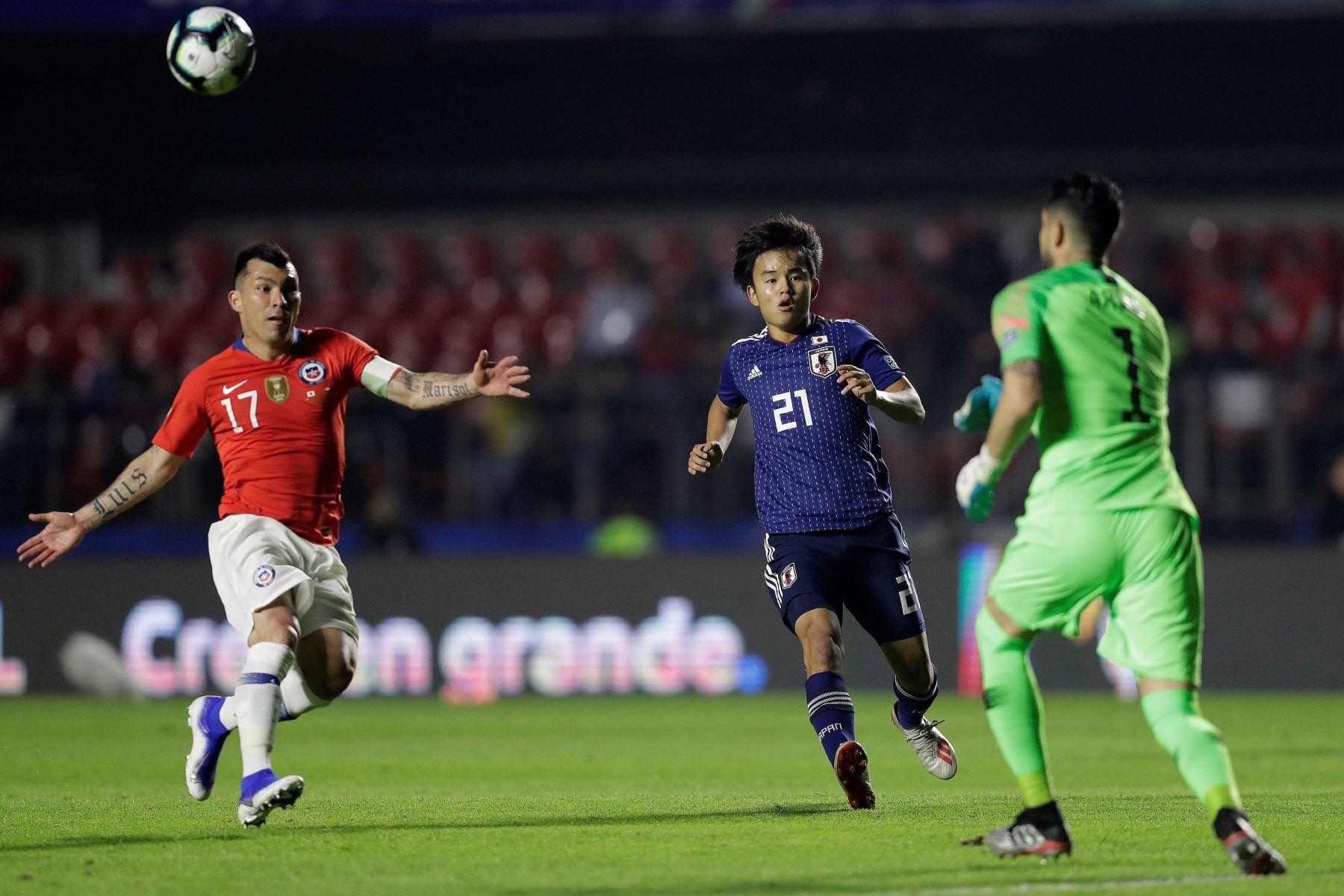 Takefusa Kubo (c) de Japón pelea el balón con Gary Medel (i) de Chile durante el partido Japón-Chile del Grupo C de la Copa América de Fútbol 2019. Foto: EFE