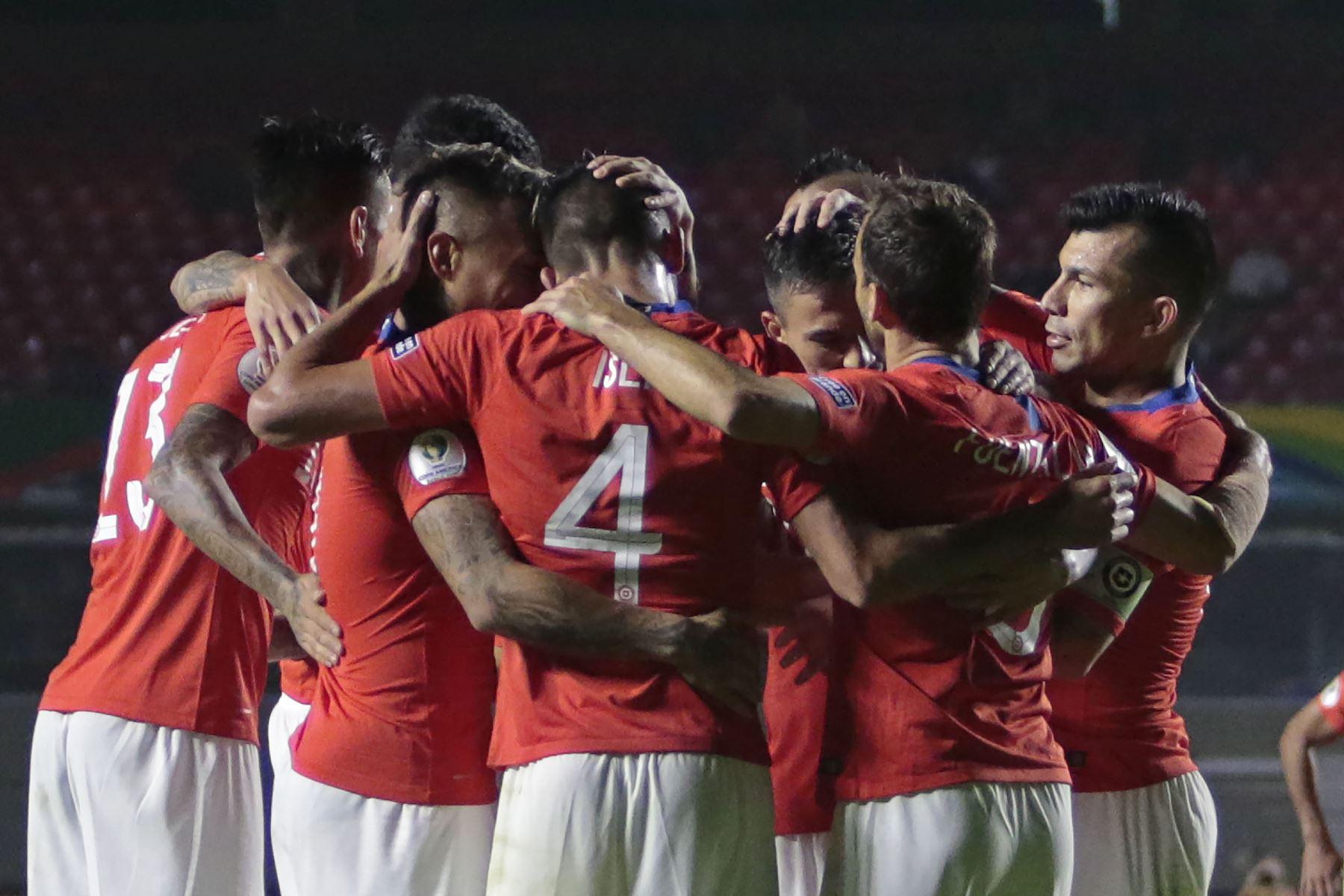 El chileno Alexis Sánchez (3-R) celebra con sus compañeros de equipo durante un partido de Copa América en el torneo de fútbol del Grupo C entre Chile y Japón. Foto: AFP