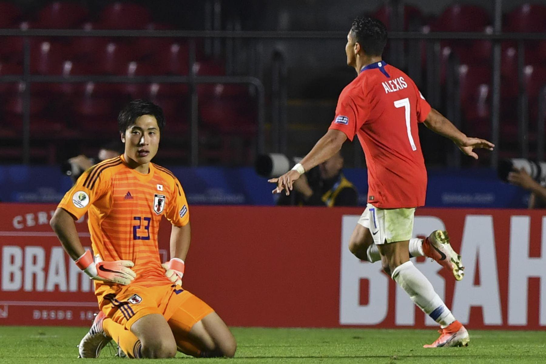 El chileno Alexis Sánchez (R) celebra después de marcar como el arquero de Japón, Keisuke Osako, reacciona durante un torneo de fútbol de la Copa América, Grupo C entre Chile y Japón. Foto: AFP