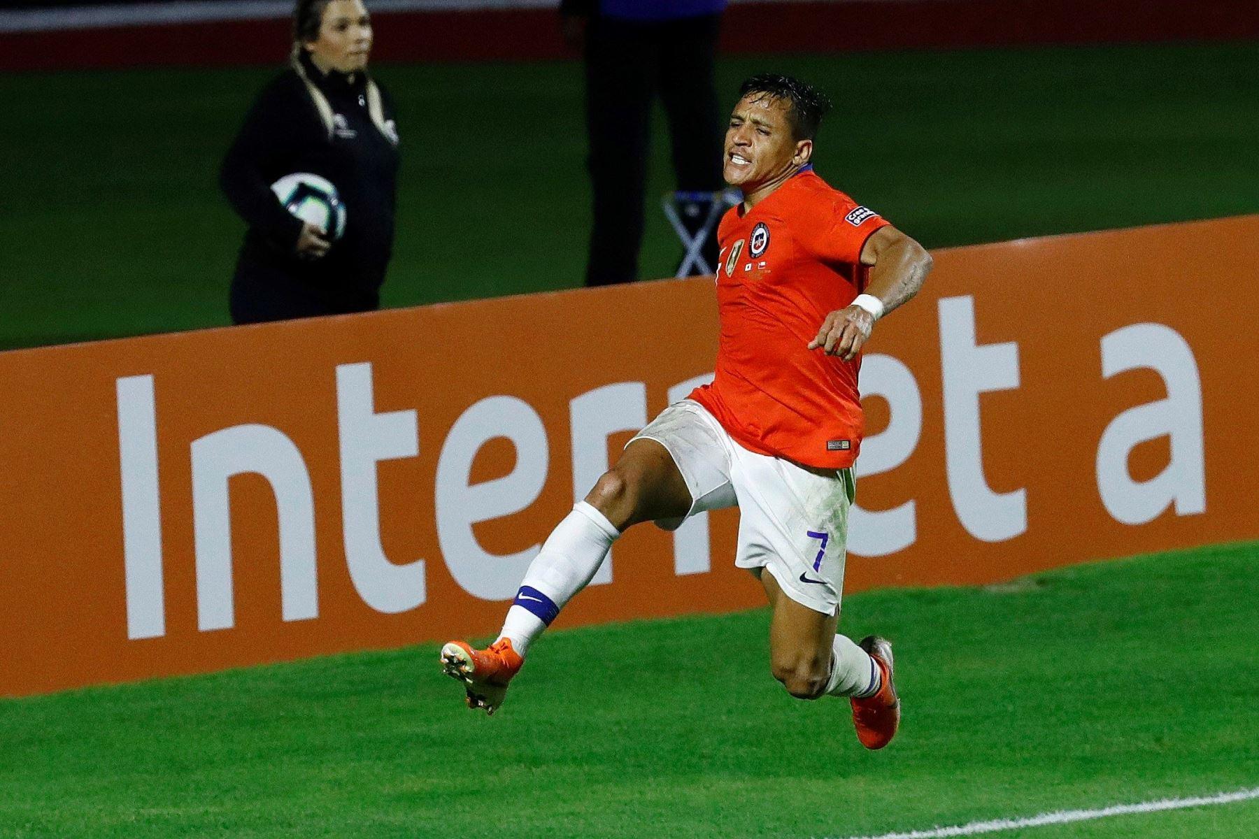 Alexis Sánchez de Chile celebra el 3 a 0 durante el partido Japón-Chile del Grupo C de la Copa América de Fútbol 2019. Foto: EFE
