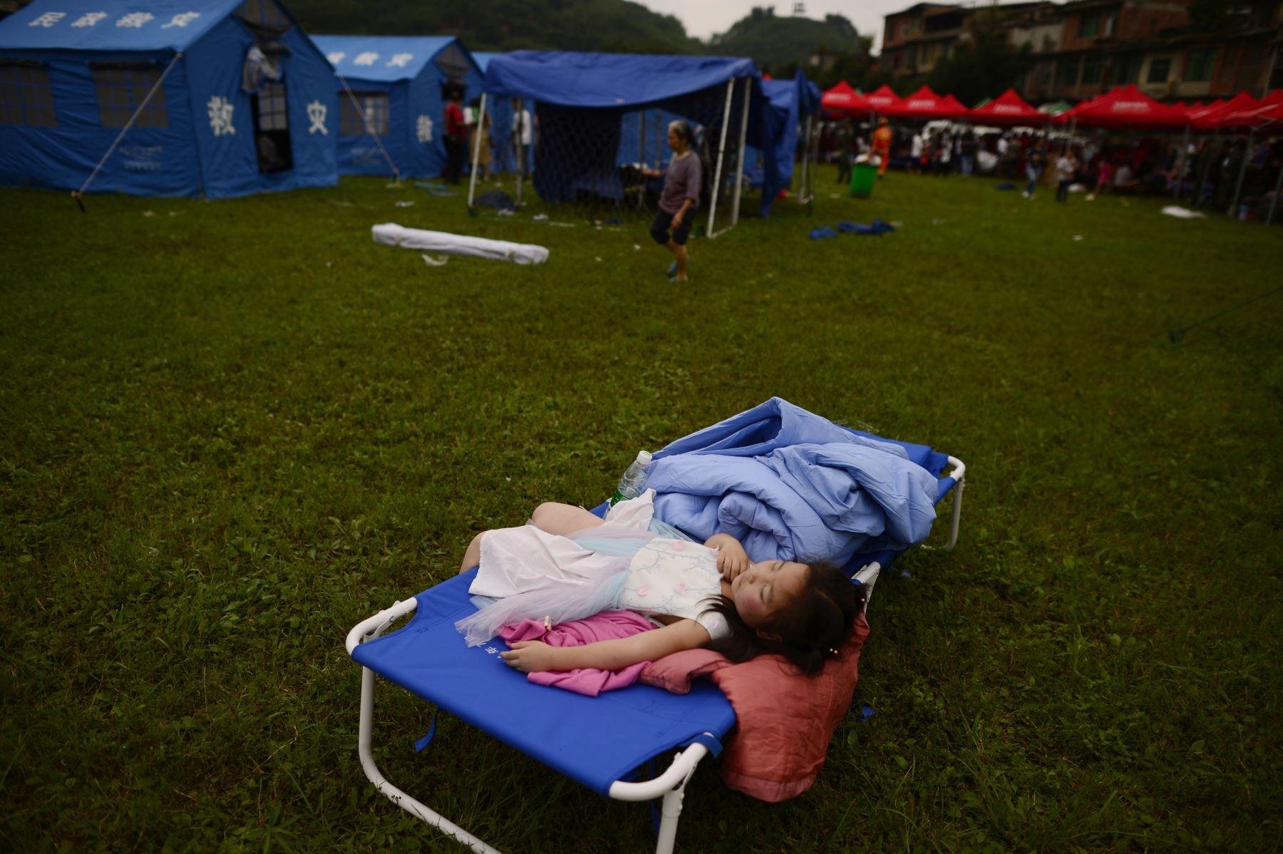 Un niño duerme en un campamento temporal establecido para sobrevivientes del terremoto en Yibin, en la provincia de Sichuan, suroeste de China. Foto: AFP