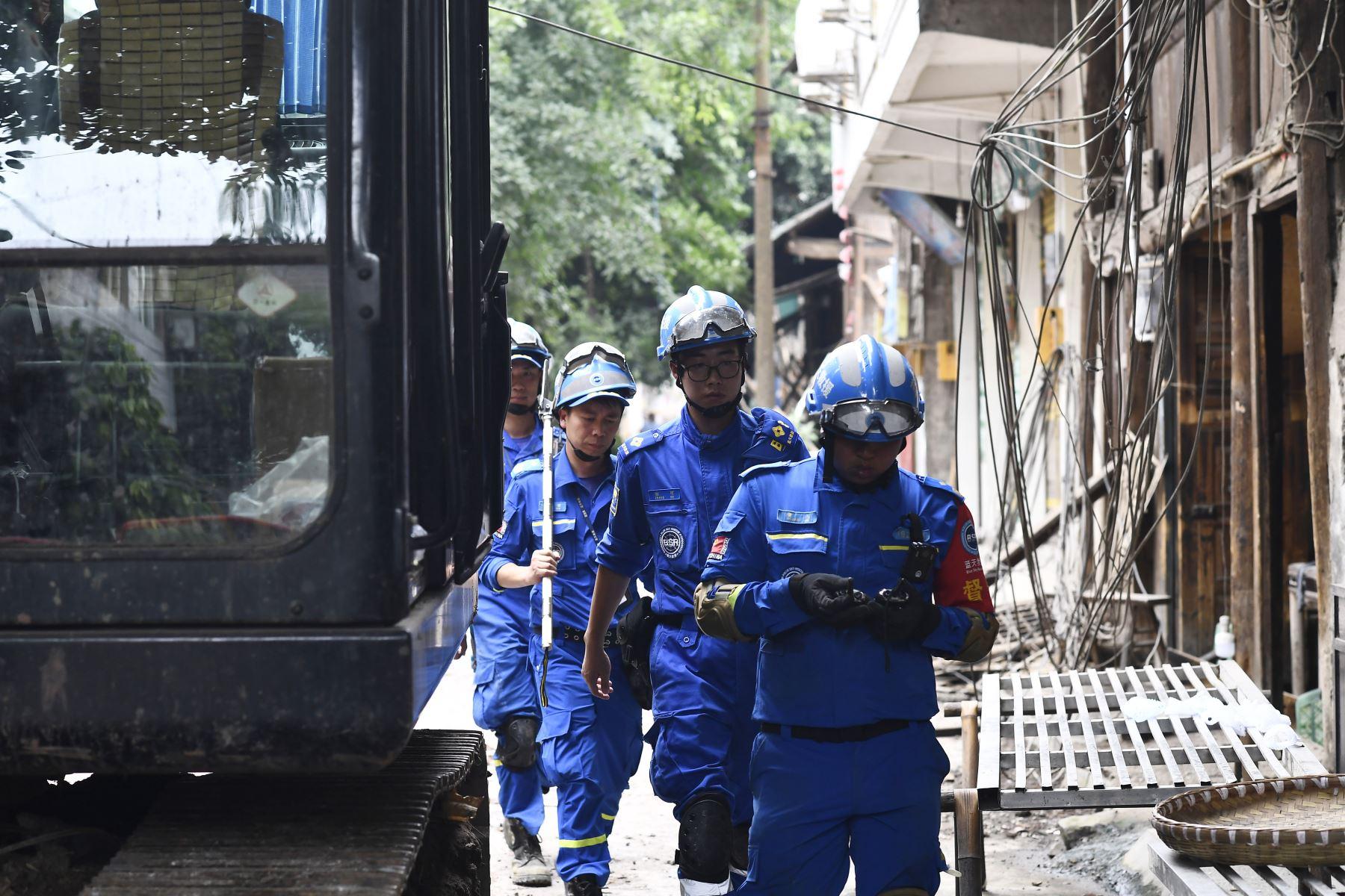 Rescatistas se preparan para buscar sobrevivientes del terremoto en Yibin, en la provincia de Sichuan, suroeste de China. Foto: AFP