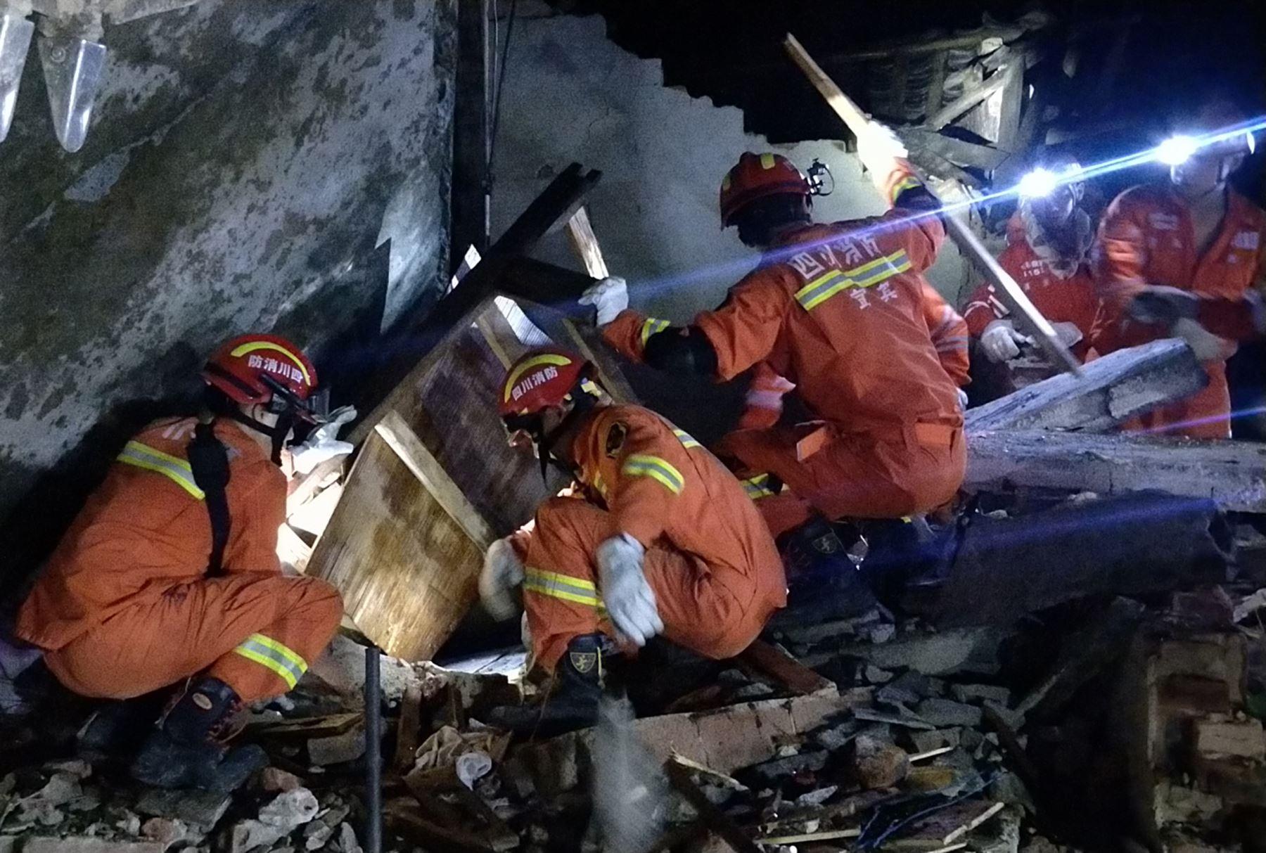 Rescatistas buscan entre los escombros a sobrevivientes del terremoto de un edificio en Yibin, en la provincia de Sichuan, suroeste de China. Foto: AFP