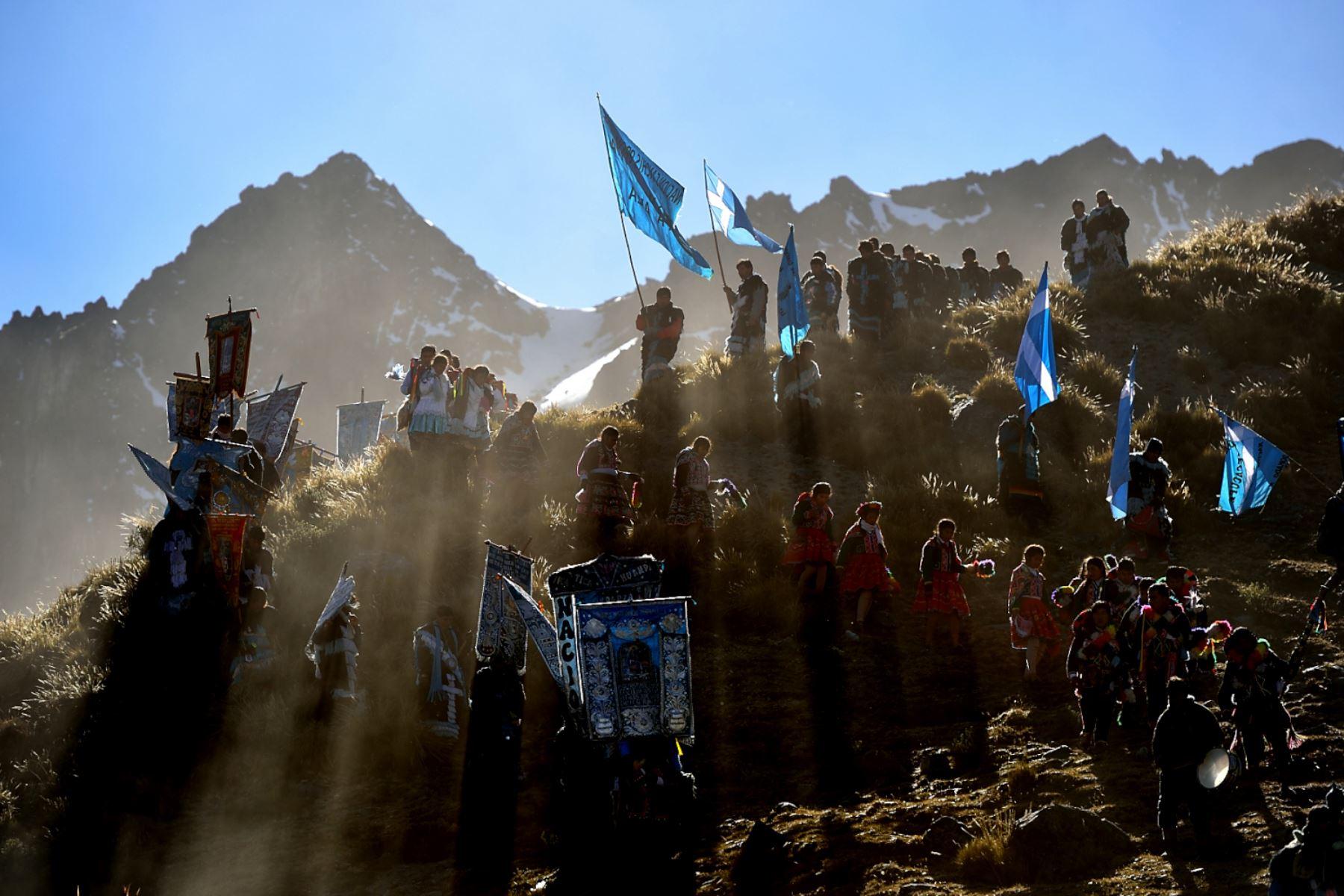 Danzarines y Pablitos descienden de lo alto del nevado, para asistir a la misa central del Señor de Qoylluriti. Foto: Cortesía/ José Sotomayor