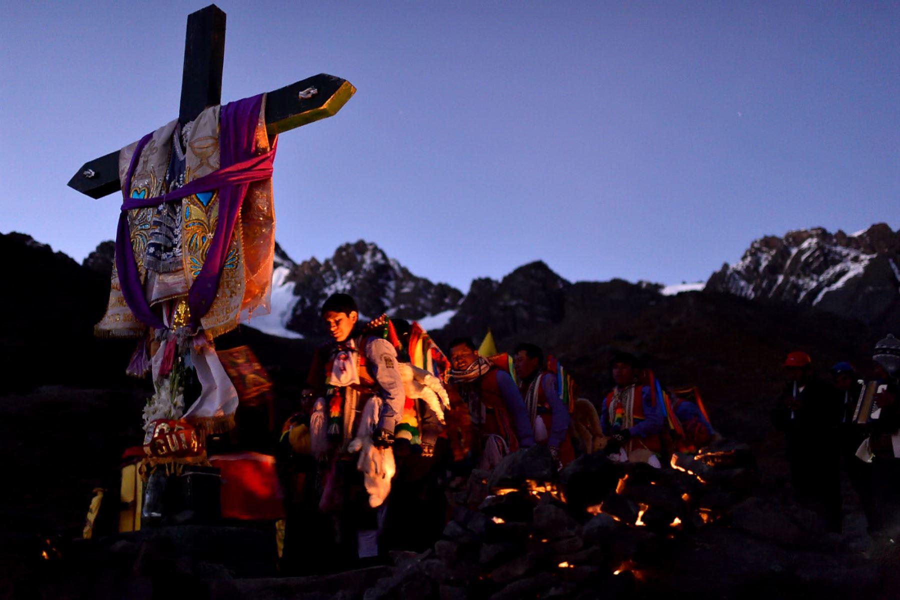 Miembros de la Nación Tahuantinsuyo hacen su paso frente a la cruz ubicada en lo alto del cerro próximo al nevado. Foto: Cortesía/ José Sotomayor