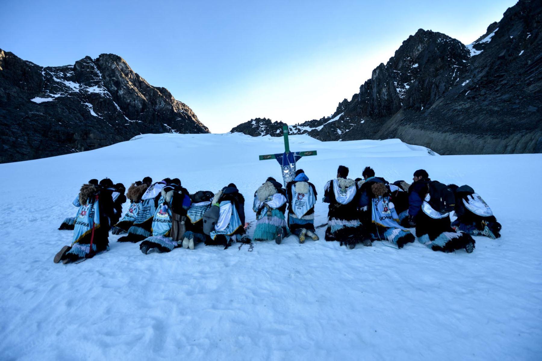 Pablitos de la Nación Canchis elevan sus plegarias al amanecer, antes de retirar el Calvario del nevado Colque Punku. Foto: Cortesía/ José Sotomayor