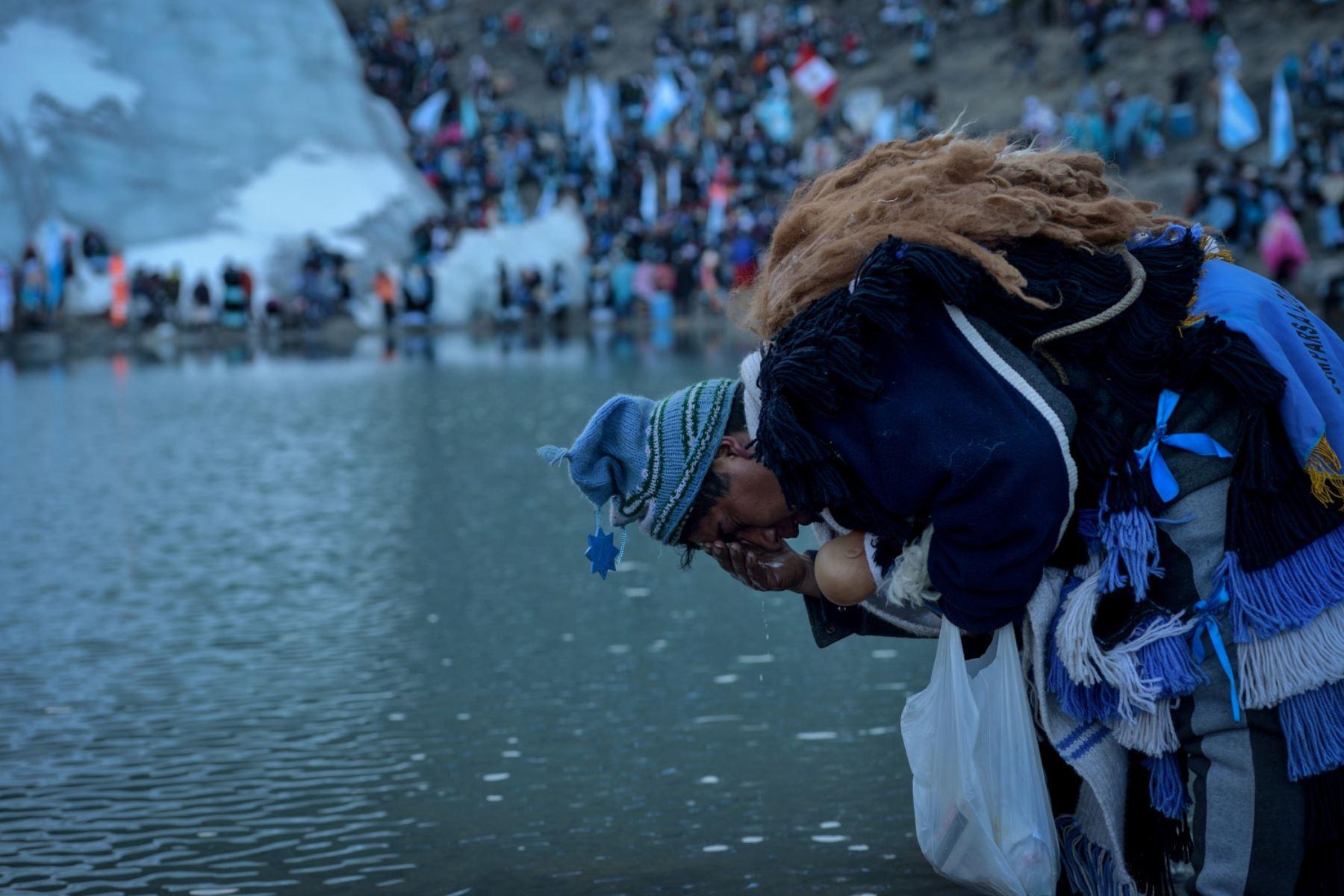 Un Pablito se persigna con el agua del nevado producto del deshielo que ha ido agravándose con el paso de los años.  Foto: Cortesía/ José Sotomayor
