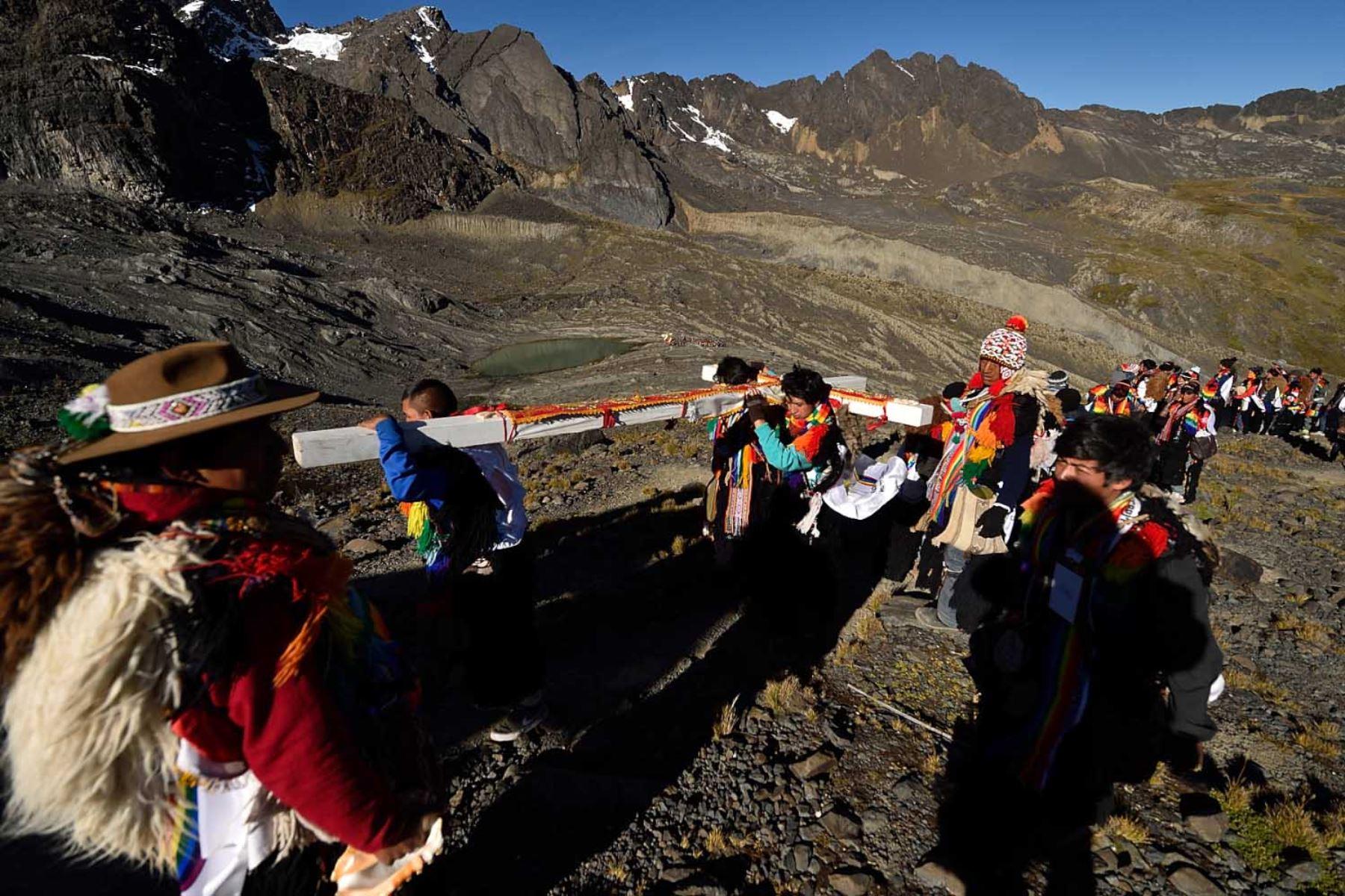 Decenas de Pablitos de la Nación Tahuantinsuyo ascienden al nevado cargando el Calvario para dejarlo sobre el nevado.  Foto: Cortesía/ José Sotomayor