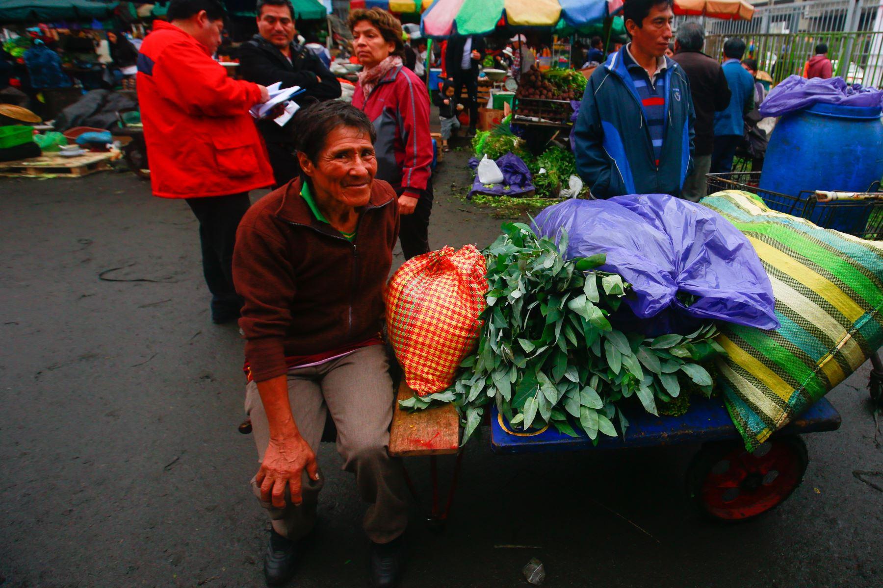Comerciantes desalojados de la avenida Aviación buscan invadir calles aledañas, mientras que trabajadores de la municipalidad de La Victoria realizan trabajos de reordenamiento y limpieza de vías públicas. Foto: ANDINA/ Hector Vinces