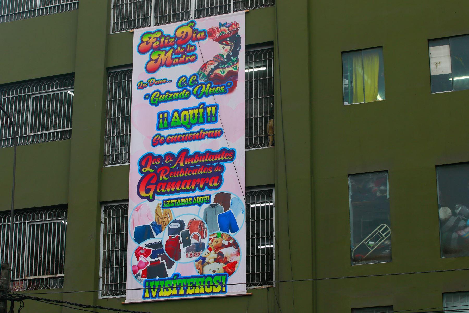 La municipalidad de La Victoria entregó hoy 500 puestos para ambulantes formalizados en un local comercial ubicado en el cruce de las avenidas 28 de Julio y Huánuco, dentro del emporio de Gamarra, informó el alcalde George Forsyth. Foto: ANDINA/ Hector Vinces