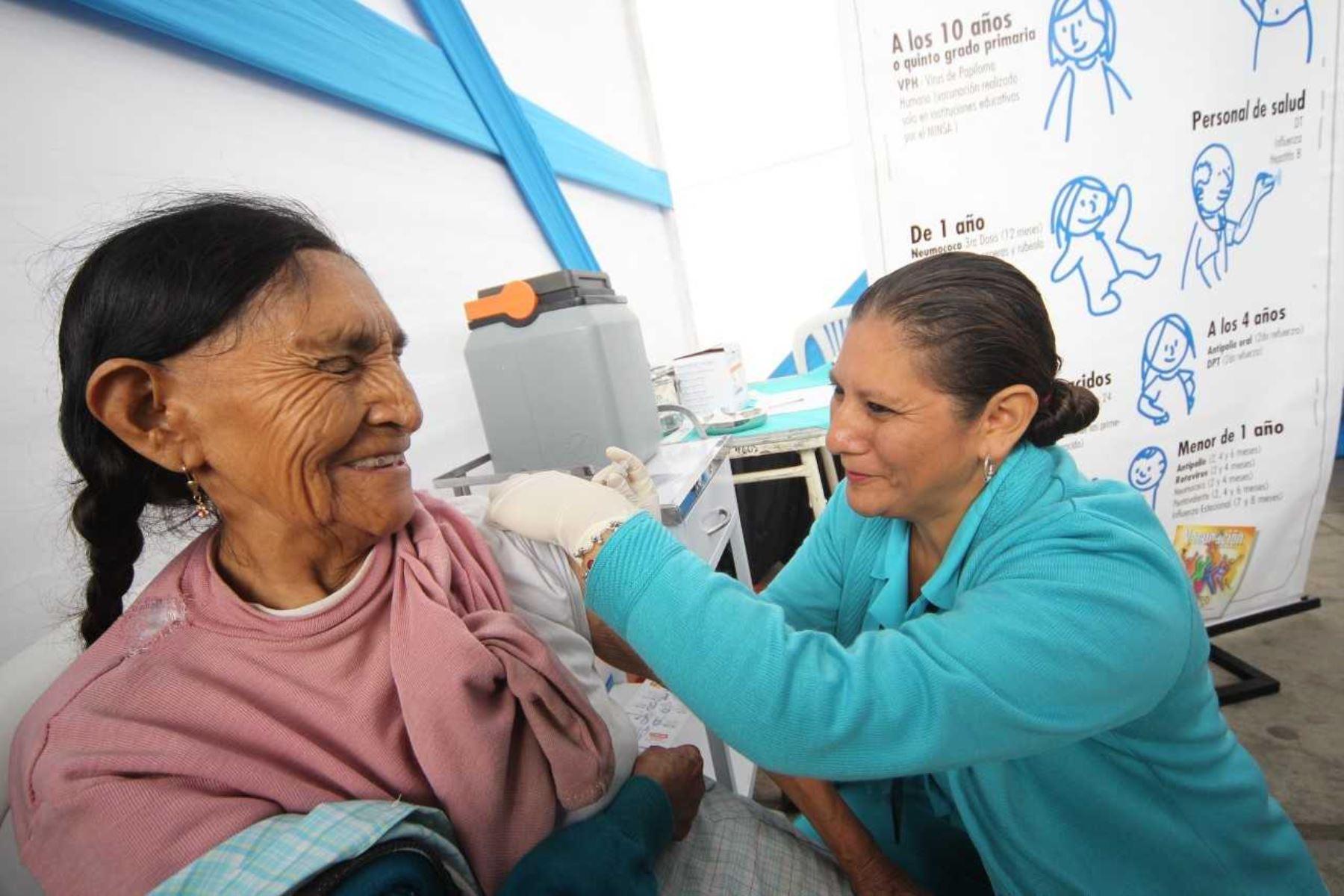 EsSalud vacunará a más de 13 mil adultos mayores contra la influenza. Foto: ANDINA/EsSalud.
