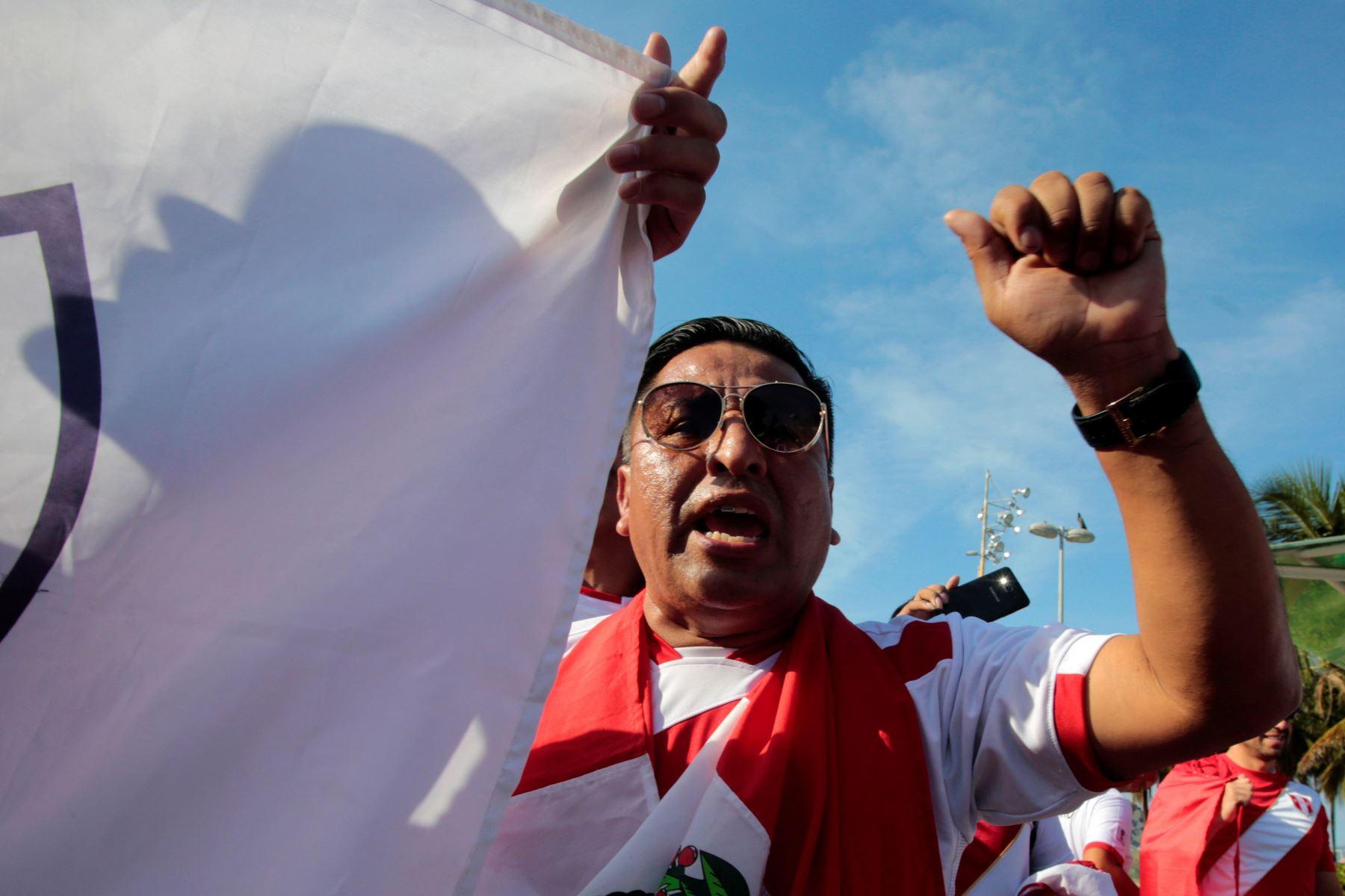 Aficionados peruanos antes del inicio del partido por el grupo A de la Copa América entre Perú y Bolivia este martes, en Río de Janeiro. Foto: EFE