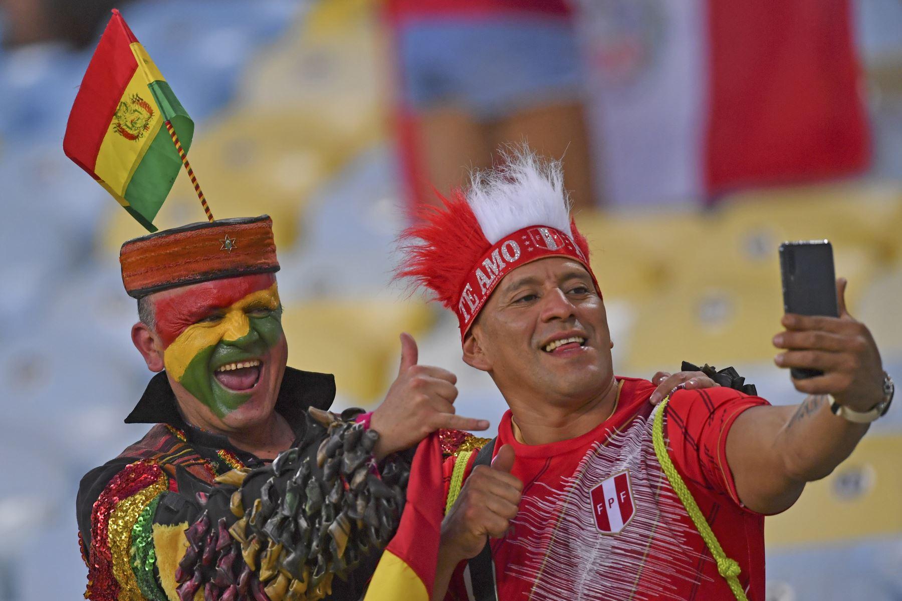 Hinchas de Perú y Bolivia se toman un selfie previo al partido por la Copa América en el estadio Maracaná en Rio de Janeiro, Brasil. Foto: AFP
