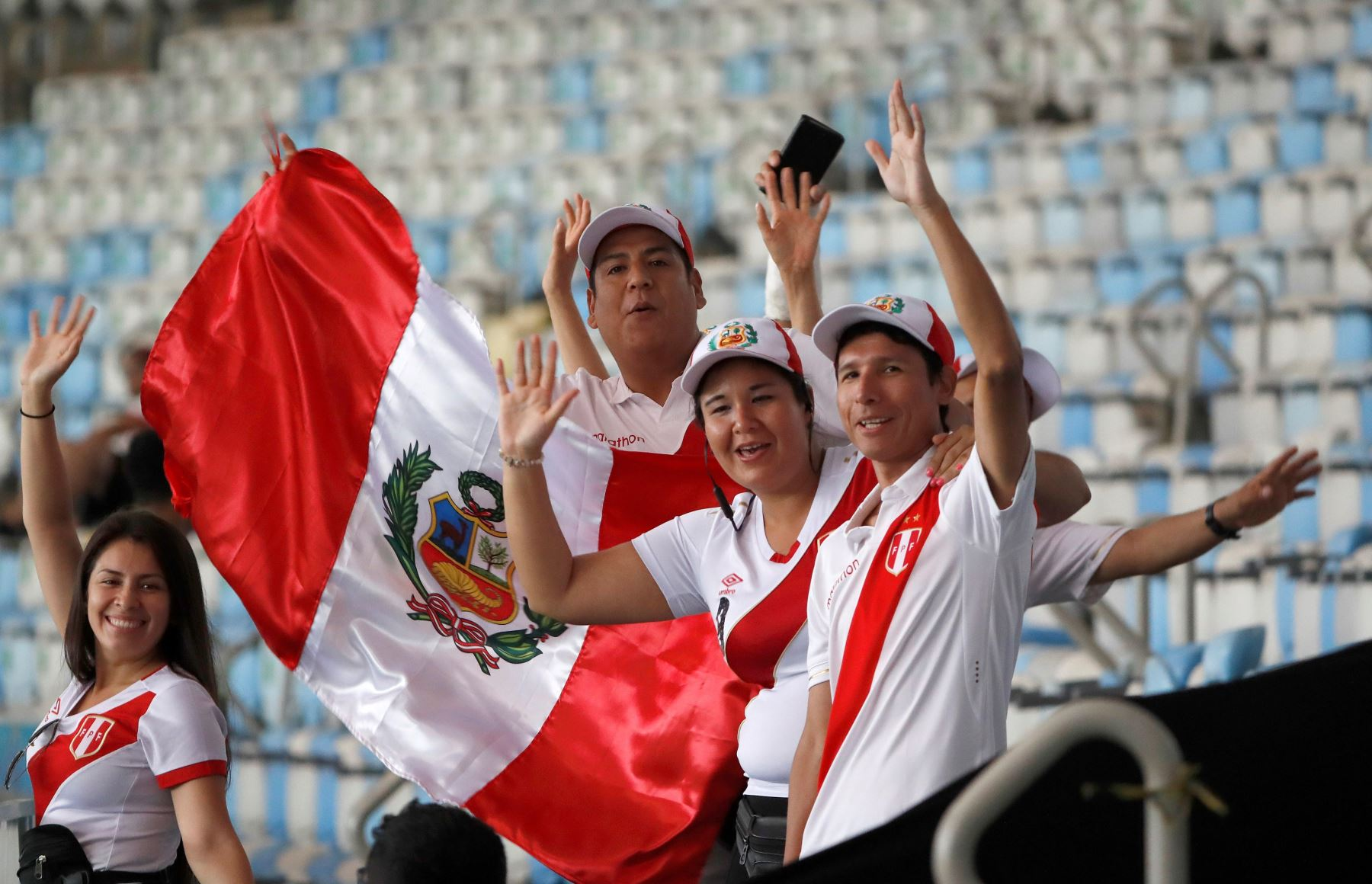 Hinchas de Perú alientan a la selección previo al partido por la Copa América en el estadio Maracaná en Rio de Janeiro, Brasil. Foto: AFP
