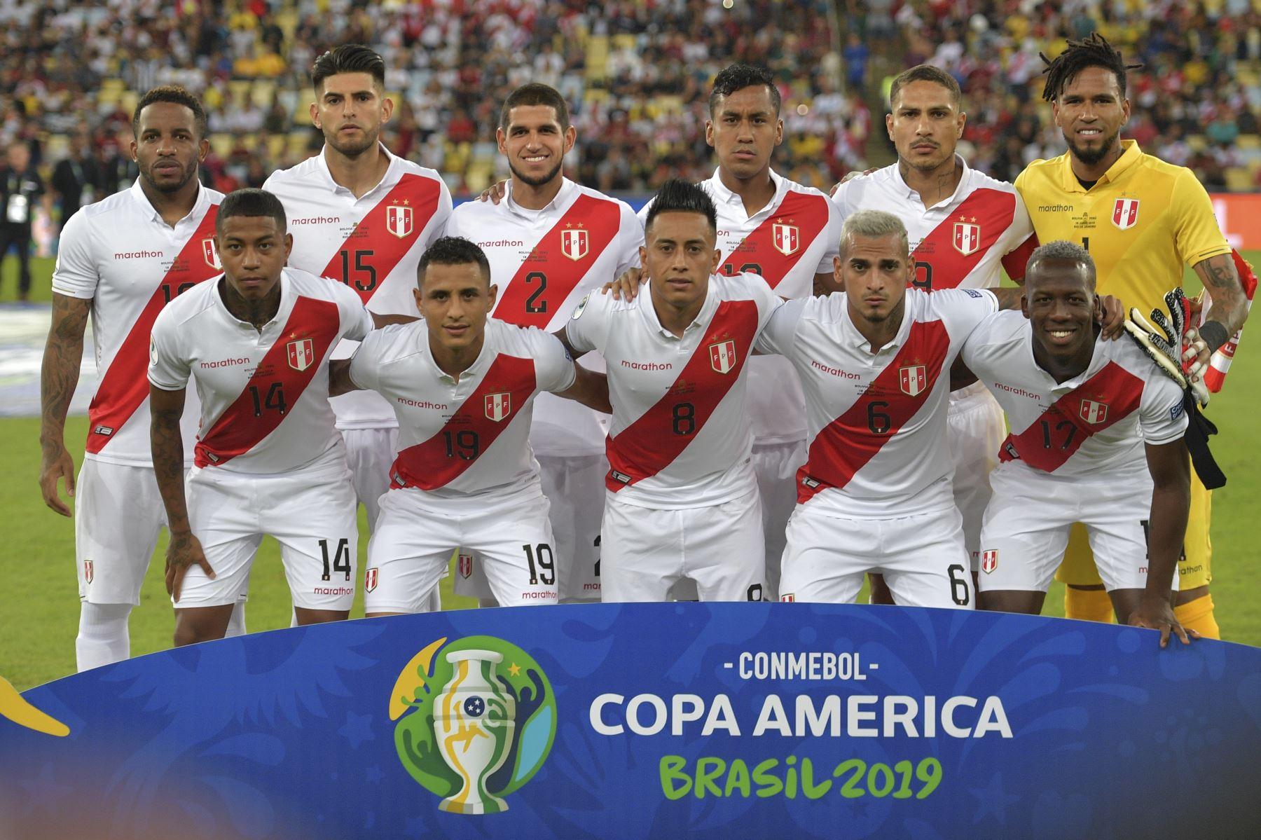 Los jugadores de Perú posan para las fotos antes de su partido de torneo de fútbol de la Copa América contra Bolivia en el Estadio Maracaná de Río de Janeiro, Brasil. Foto: AFP  Foto: AFP