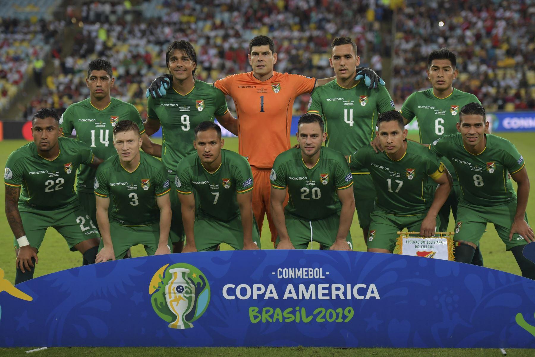 Los jugadores de Bolivia posan para las fotos antes de su partido de torneo de fútbol de Copa América contra Perú en el Estadio Maracaná de Río de Janeiro, Brasil. Foto: AFP