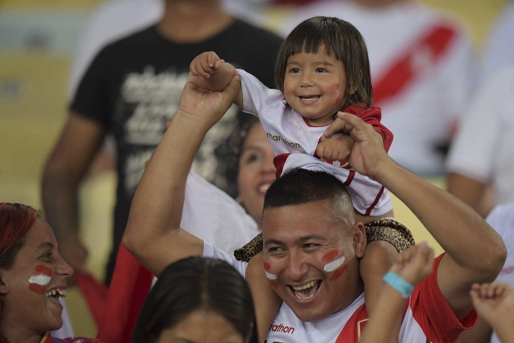 Los fanáticos de Perú aclaman antes del partido del torneo de fútbol de Copa América contra Bolivia en el Estadio Maracaná de Río de Janeiro, Brasil. Foto: AFP