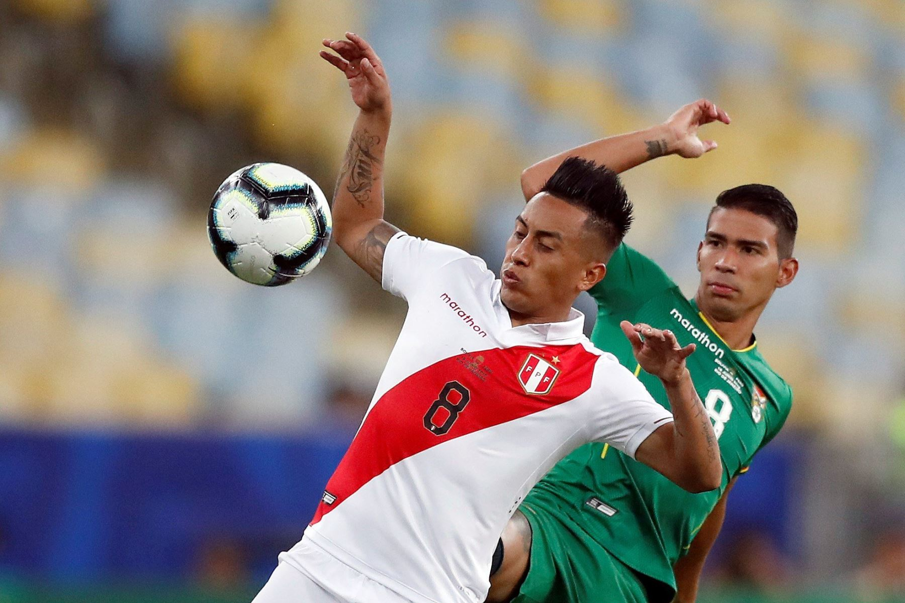 El jugador Diego Bejarano (d) de Bolivia disputa el balón con Christian Cueva de Perú durante el partido Bolivia-Perú del Grupo A de la Copa América de Fútbol 2019, en el Estadio Maracaná. Foto: EFE