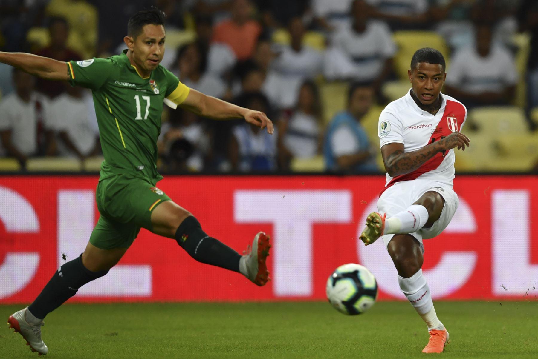 Andy Polo (R) de Perú es desafiado por Marvin Bejarano de Bolivia durante su partido de torneo de fútbol de la Copa América en el estadio Maracaná de Brasil. Foto: AFP