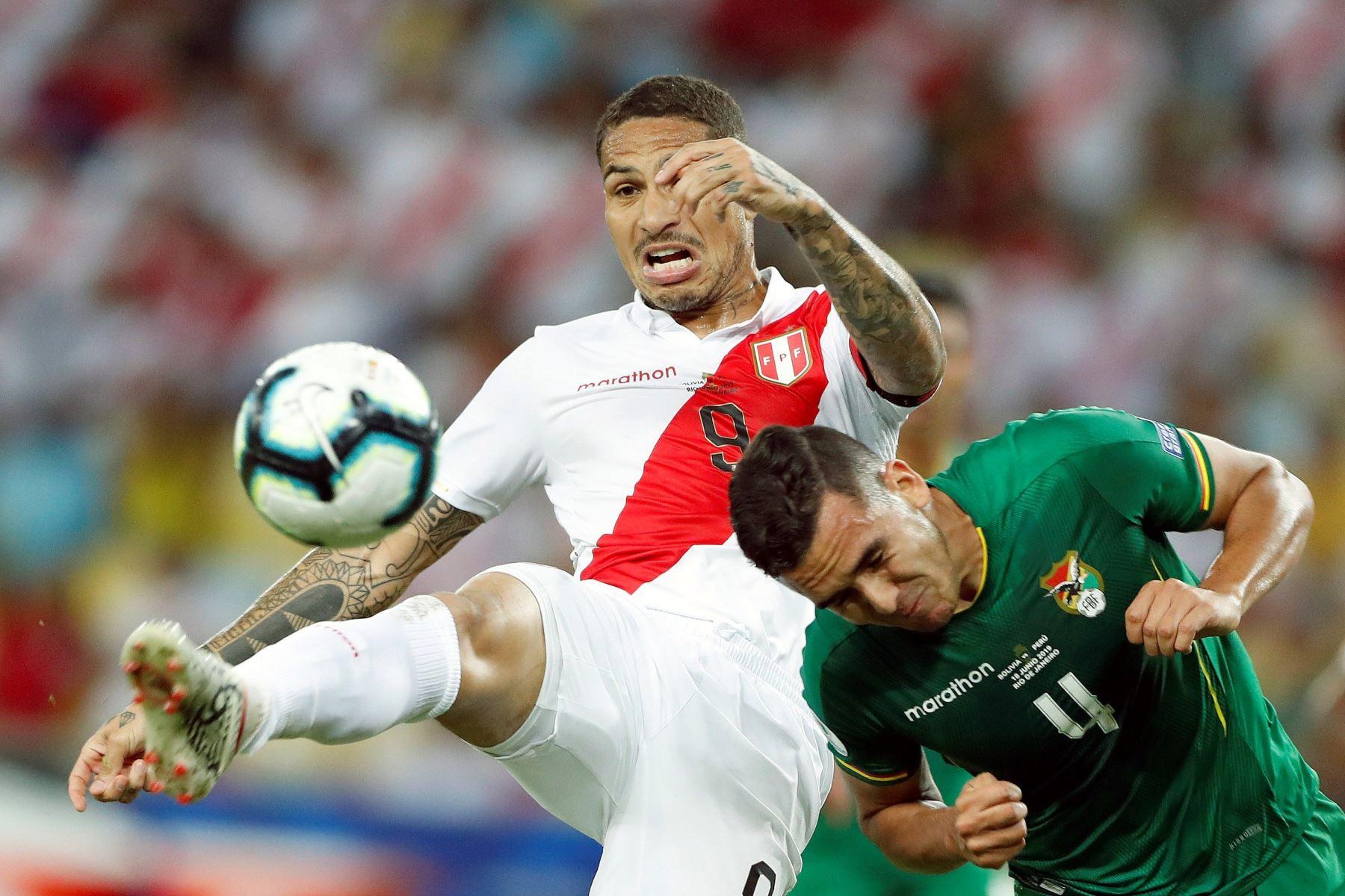 Luis Haquín (d) de Bolivia disputa el balón con Paolo Guerrero de Perú durante el partido Bolivia-Perú del Grupo A de la Copa América de Fútbol 2019. Foto:EFE