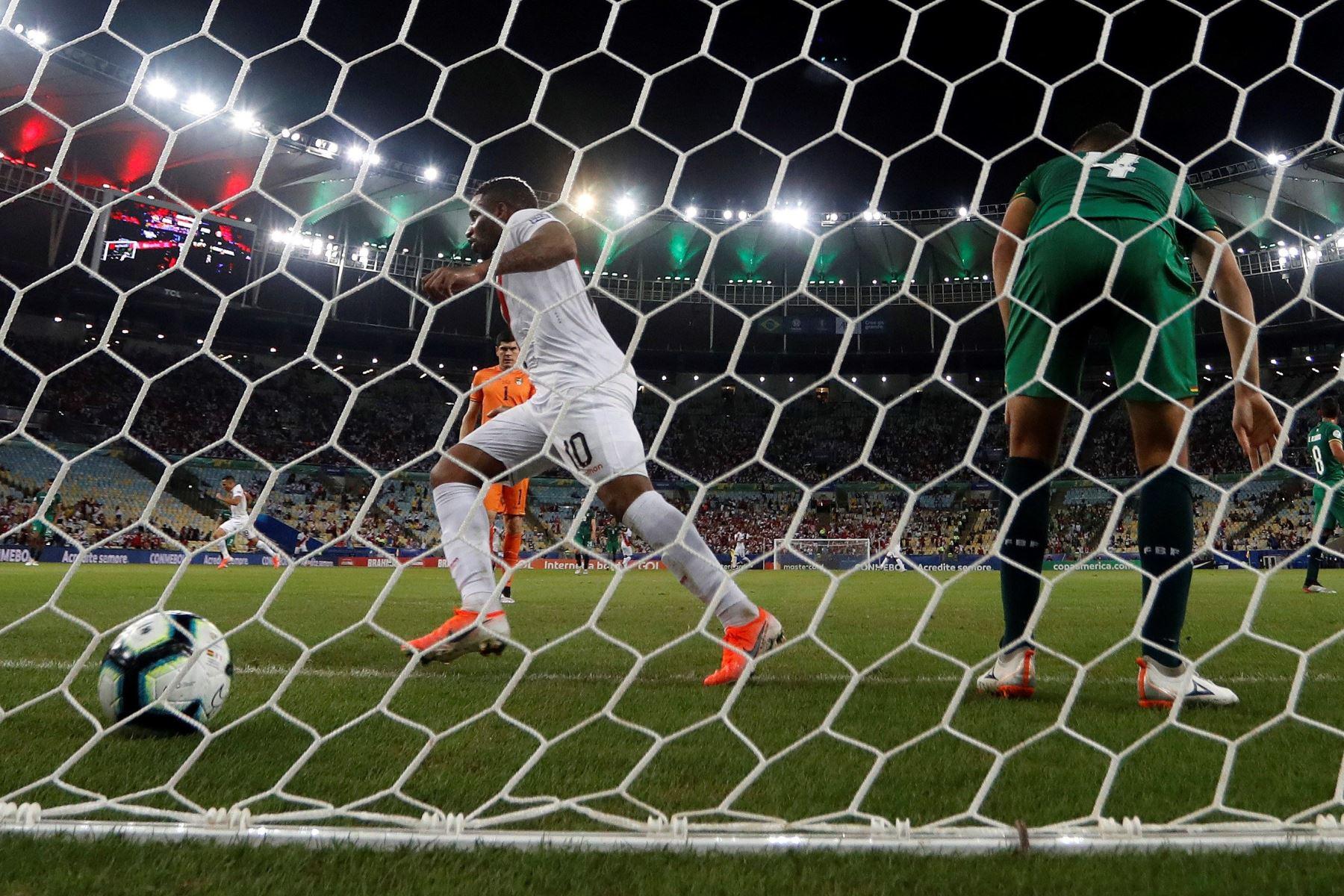 Jefferson Farfán de Perú celebra un gol de su compañero Paolo Guerrero (no en la foto) durante el partido Bolivia-Perú del Grupo A de la Copa América de Fútbol 2019. Foto: EFE