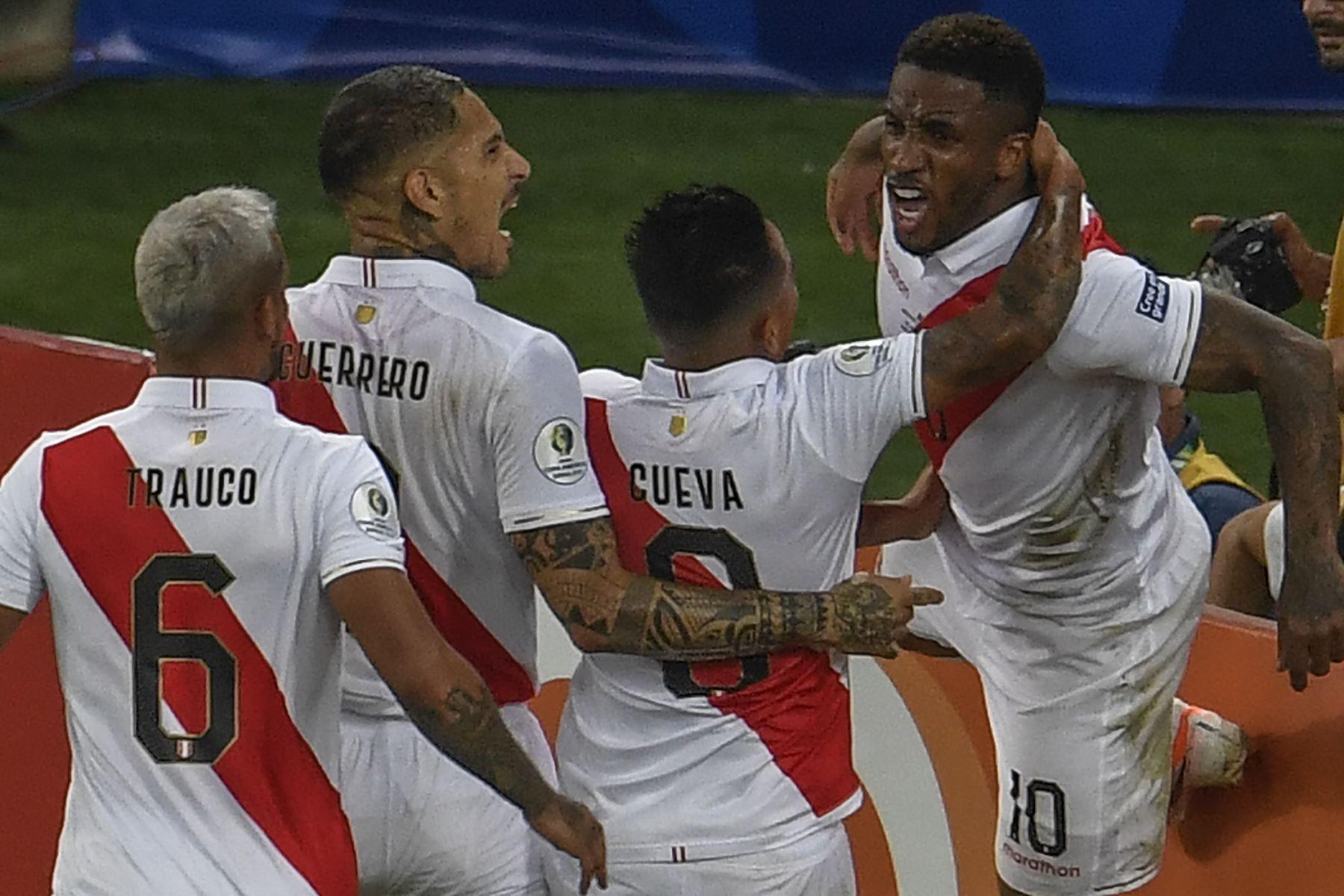 Jefferson Farfan (R), de Perú, celebra con sus compañeros de equipo después de anotar contra Bolivia durante el partido de fútbol por la Copa América en el estadio Maracana en Río de Janeiro, Brasil. Foto: AFP