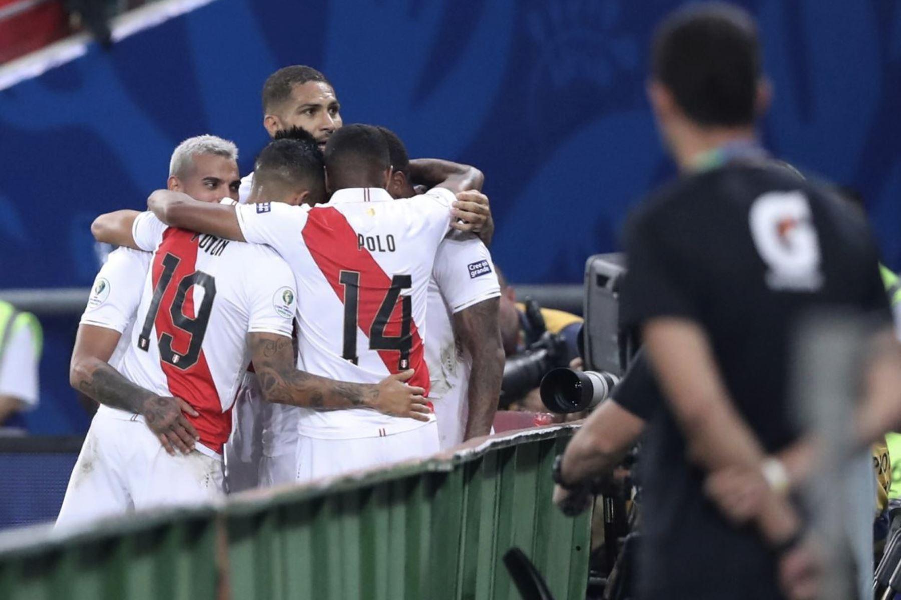 Paolo Guerrero, de Perú, celebra junto a sus compañeros en el partido frente a Bolivia por la Copa América 2019. Foto: AFP