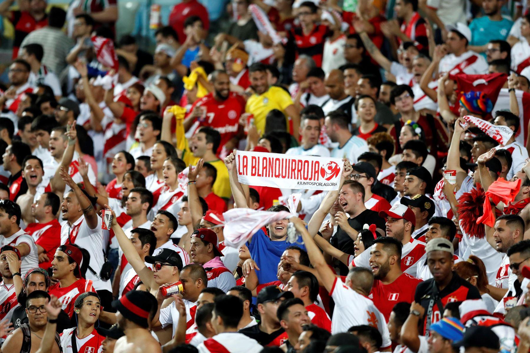 Hinchas peruanos celebran un gol durante el partido Bolivia-Perú del Grupo A de la Copa América de Fútbol 2019, en el Estadio Maracanã de Río de Janeiro.Foto: EFE