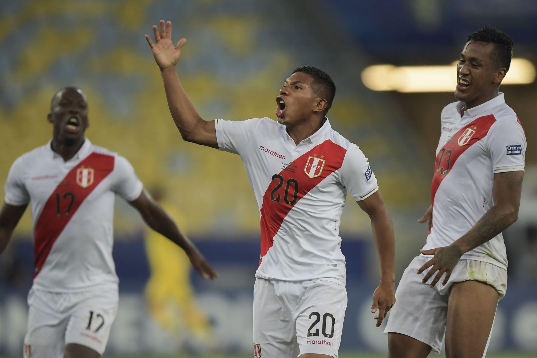 Edison Flores (C), de Perú, celebra después de anotar contra Bolivia durante el partido de fútbol por la Copa América. Foto: AFP
