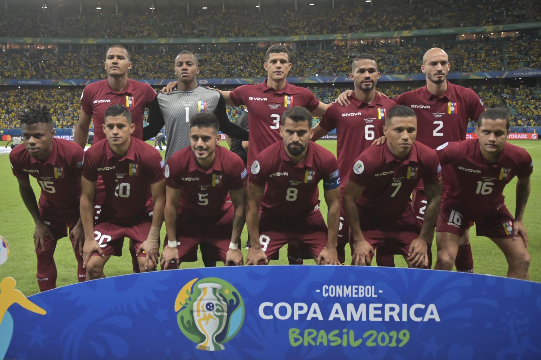Los jugadores de Venezuela posan para las fotos antes de su partido de torneo de fútbol de Copa América contra Brasil en el Fonte Nova Arena en Salvador, Brasil. Foto: AFP