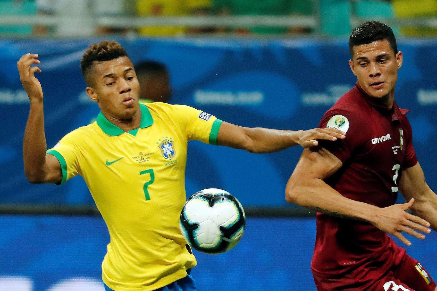 El jugador de Brasil David Neres (i) disputa el balón con Yordan Osorio de Venezuela, durante el partido Brasil-Venezuela del Grupo A de la Copa América de Fútbol 2019. Foto: AFP