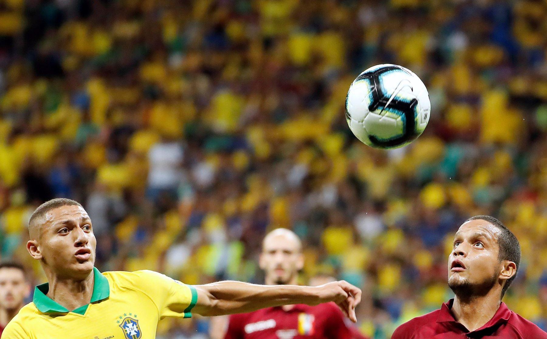 El jugador de Brasil Richarlison (i) disputa el balón con Roberto Rosales de Venezuela , durante el partido Brasil-Venezuela del Grupo A de la Copa América de Fútbol 2019. Foto: EFE