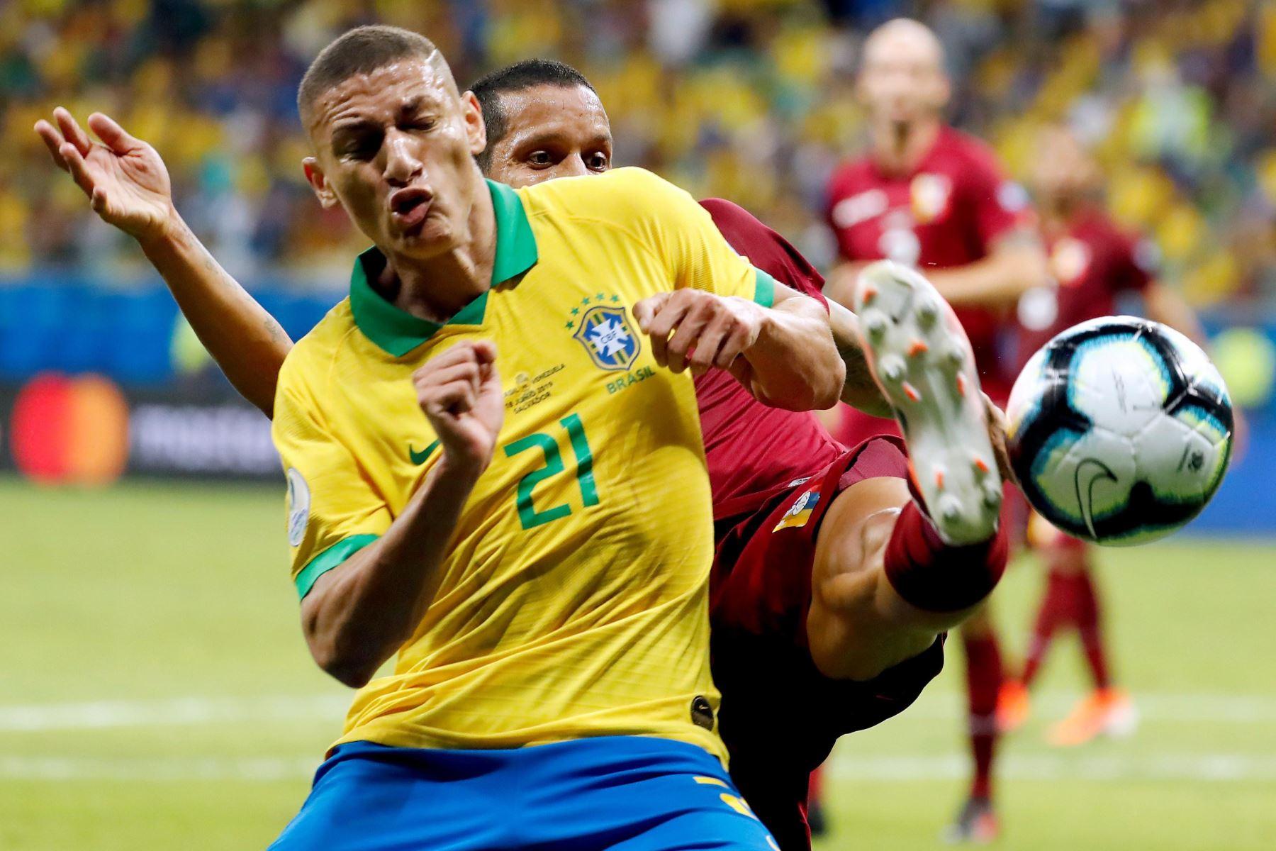 El jugador de Brasil Richarlison (i) disputa el balón con Roberto Rosales de Venezuela, durante el partido Brasil-Venezuela del Grupo A de la Copa América de Fútbol 2019. Foto: AFP