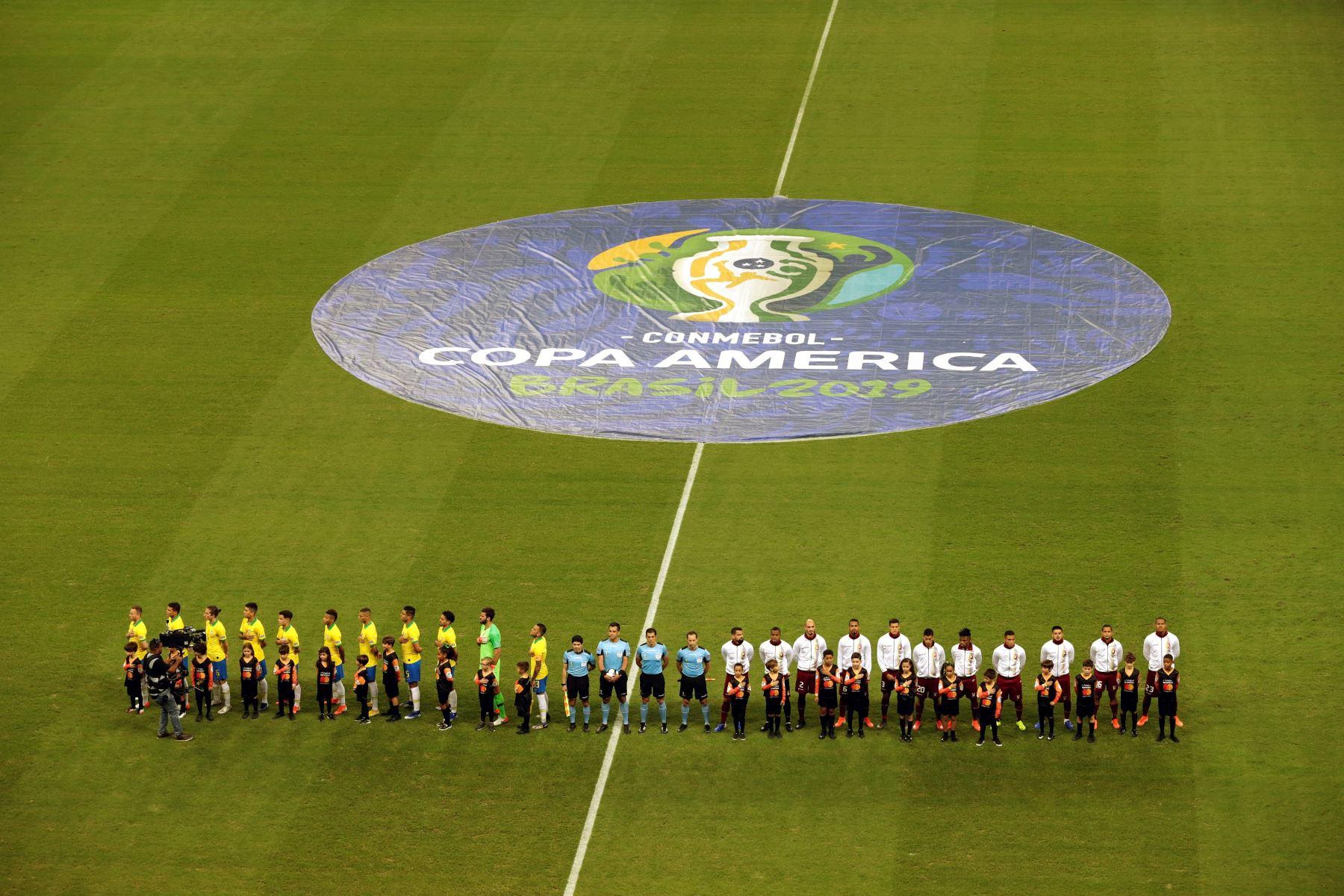 Jugadores de Brasil (i) y Venezuela, durante el partido Brasil-Venezuela del Grupo A de la Copa América de Fútbol 2019. Foto: EFE