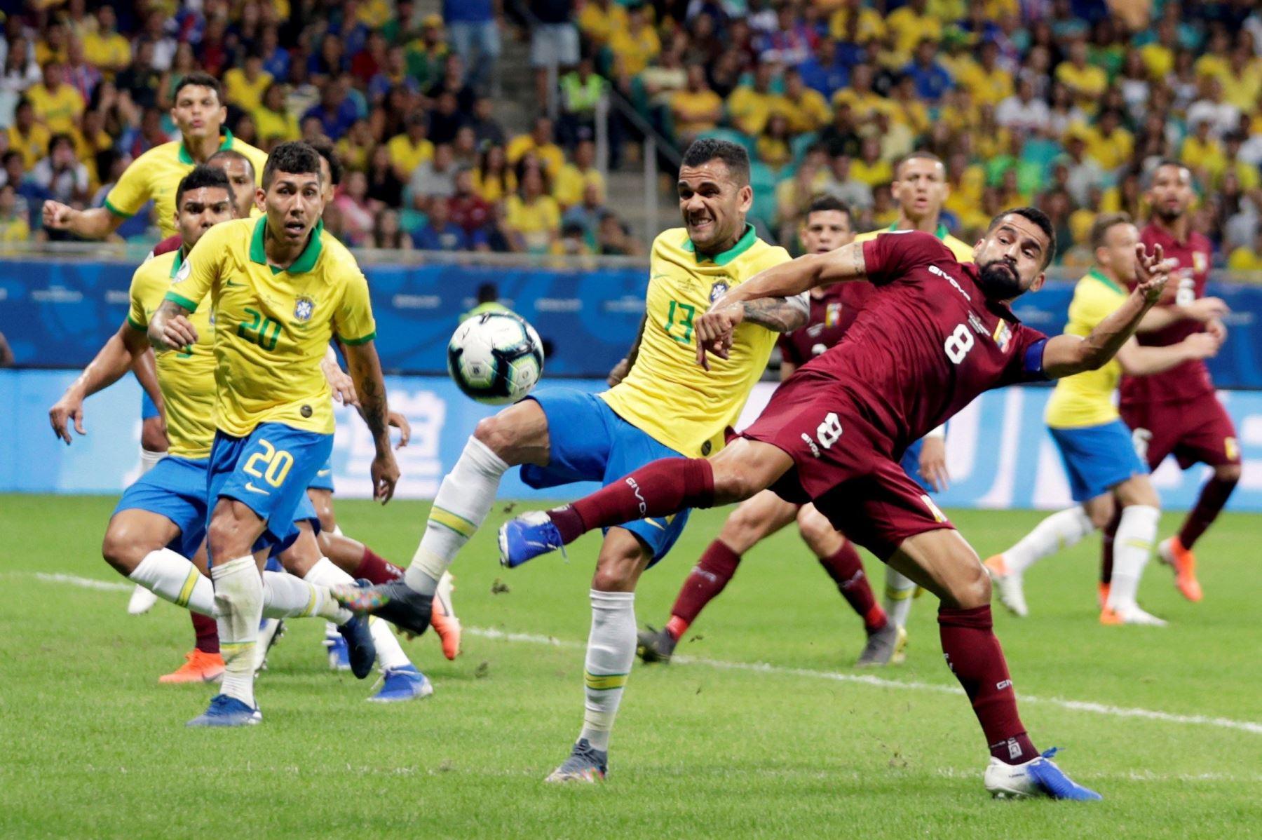 El jugador de Brasil Dani Alves (2-d) disputa el balón con Tomás Rincon (d) de Venezuela , durante el partido Brasil-Venezuela del Grupo A de la Copa América de Fútbol 2019. Foto: EFE