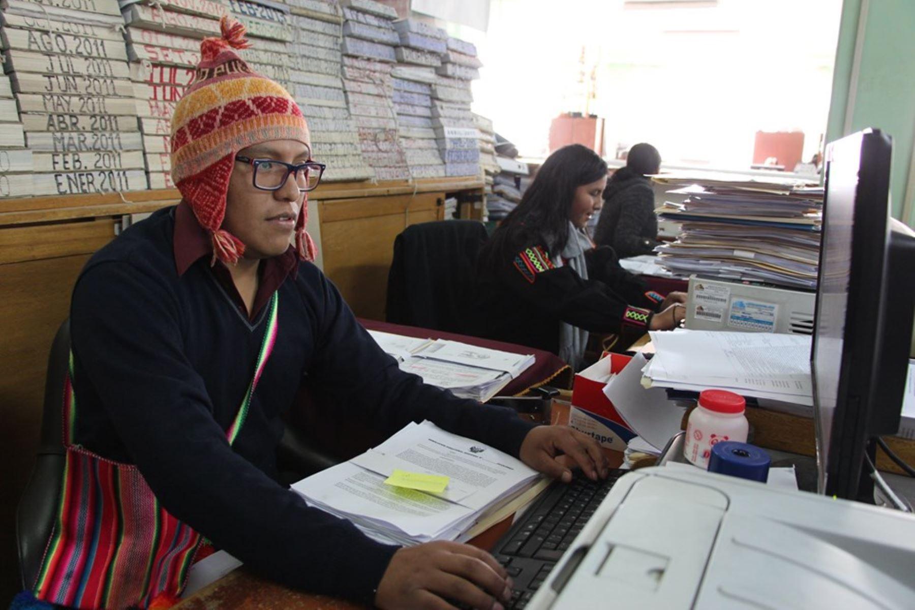 Servidores públicos de Puno visten trajes típicos en semana de la identidad y como antesala del Año Nuevo Andino. ANDINA