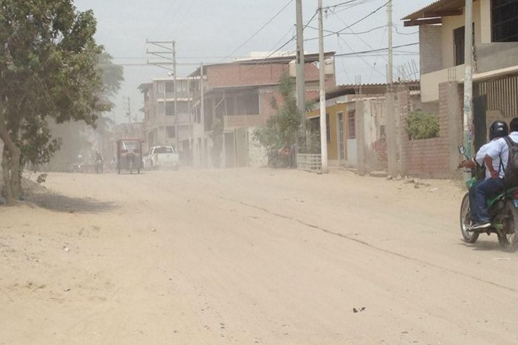 Fuertes registrados en el distrito de Huarmaca, provincia de Huancabamba, en la región Piura, causaron la muerte de un anciano, ya que al intentar protegerse intentó cogerse de una varilla que no estaba segura y cayó desde una altura de varios metros.