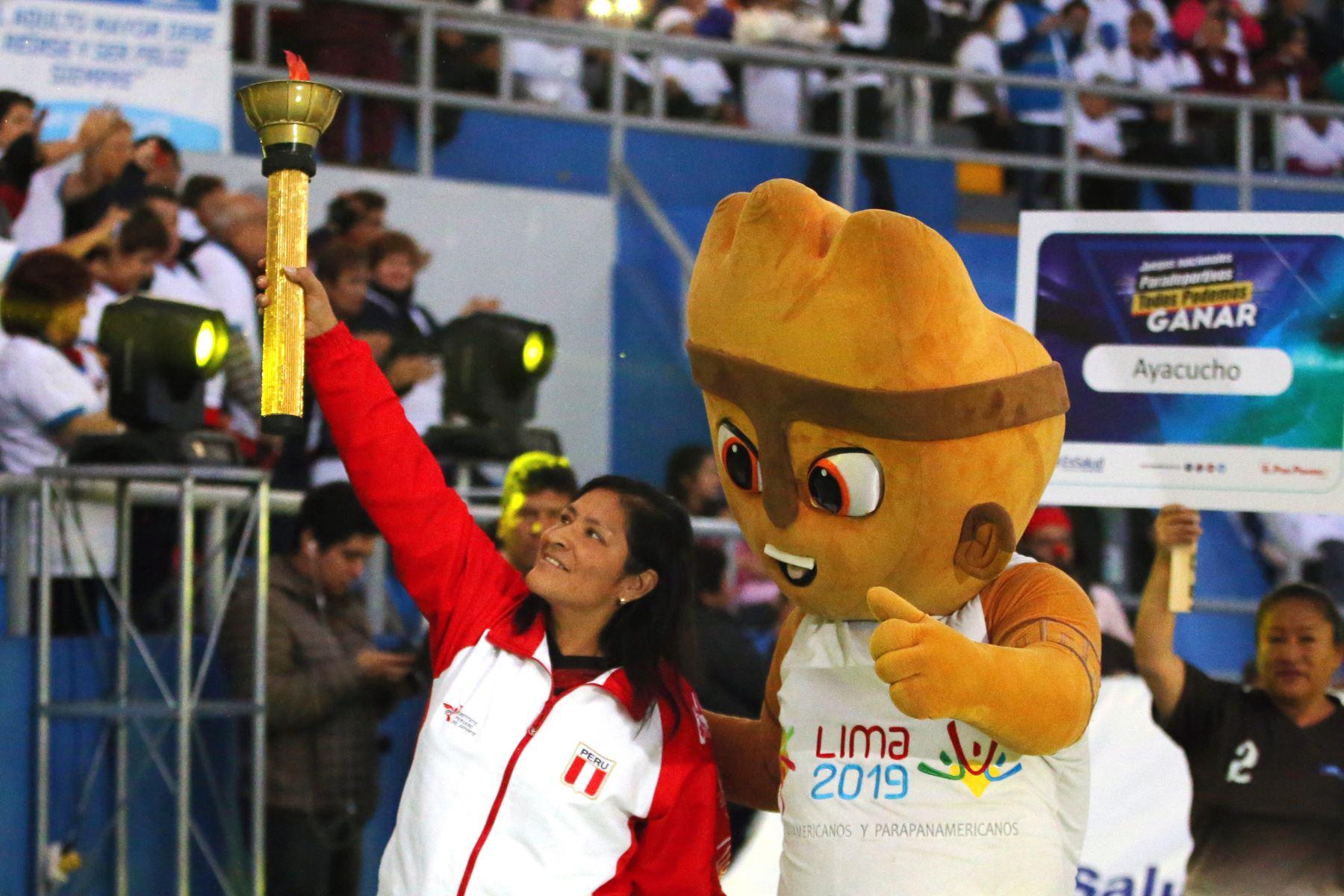 La presidenta ejecutiva de EsaSalud, Fiorella Molinelli  entrega un merecido reconocimiento a deportistas asegurados que participarán en los Juegos Parapanamericanos Lima 2019,  Foto: ANDINA/Vidal Tarqui
