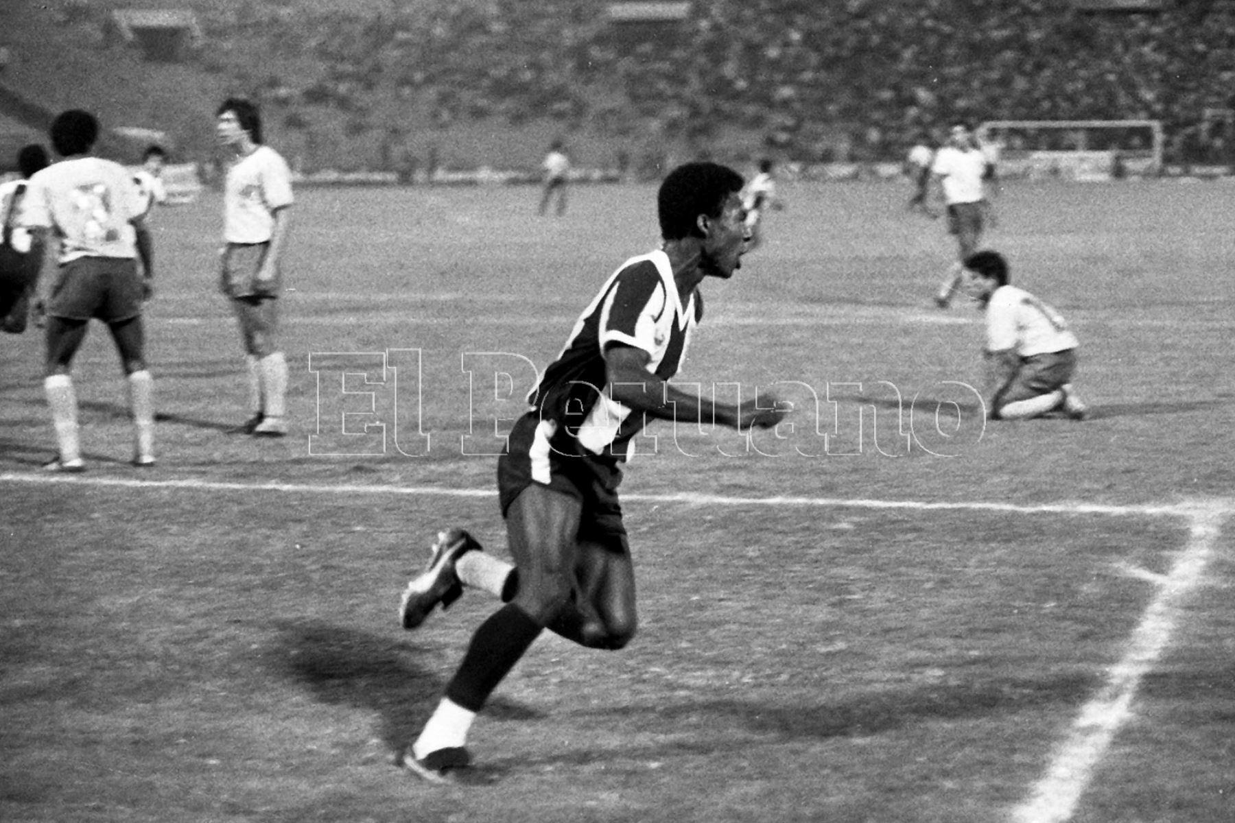 Lima - 15 julio 1987 / El delantero Luis Escobar anota un gol en el partido en que  Alianza Lima superó a San Agustín en el estadio Alejandro Villanueva por el torneo descentralizado.