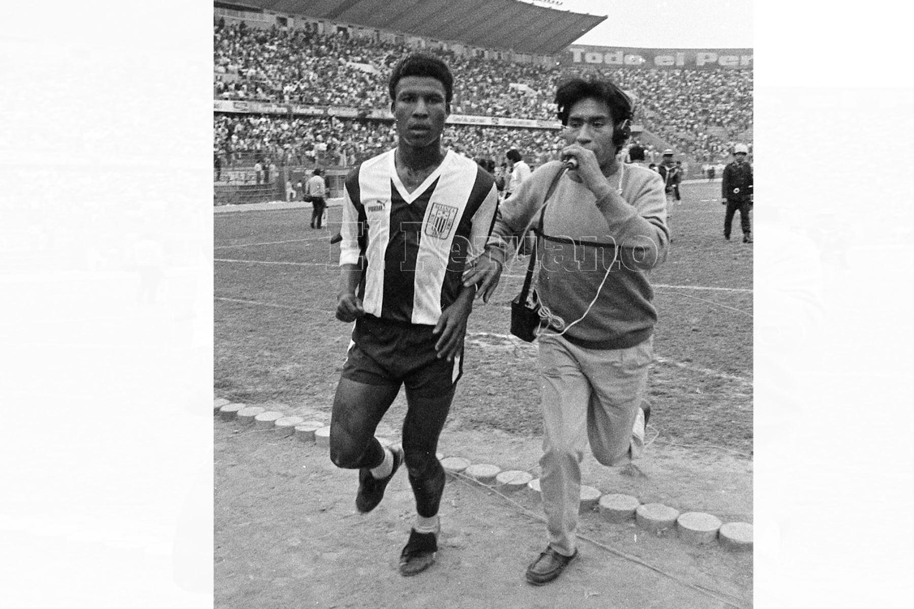 """Lima - 1 noviembre 1987 / El delantero aliancista Luis Escobar fue figura  en el encuentro entre Alianza Lima y Universitario. El cuadro aliancista ganó el clásico 1-0 con gol del """"Potrillo""""."""