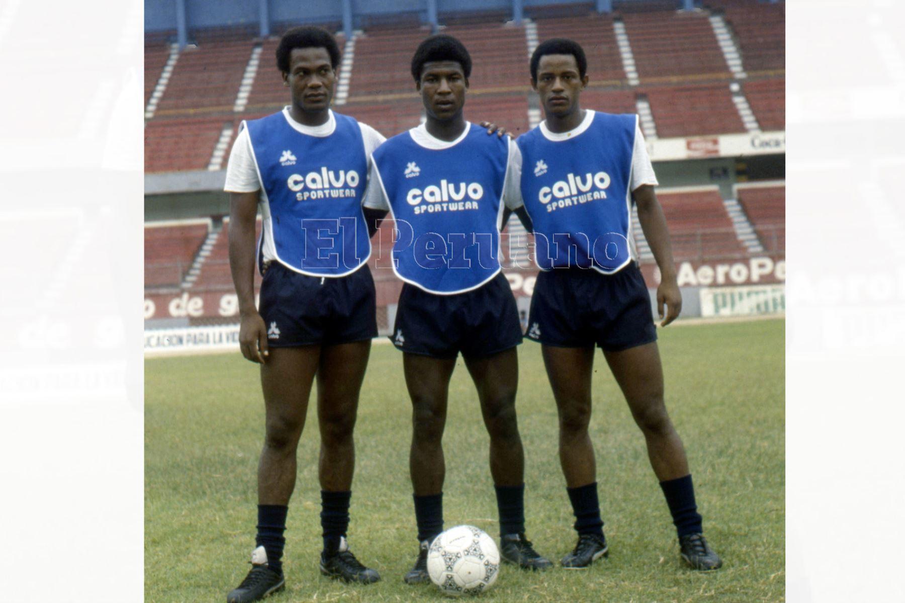 """Lima - 1987 / Luis """"Potrillo"""" Escobar junto a Guillermo La Rosa en los entrenamientos de una preselección nacional."""