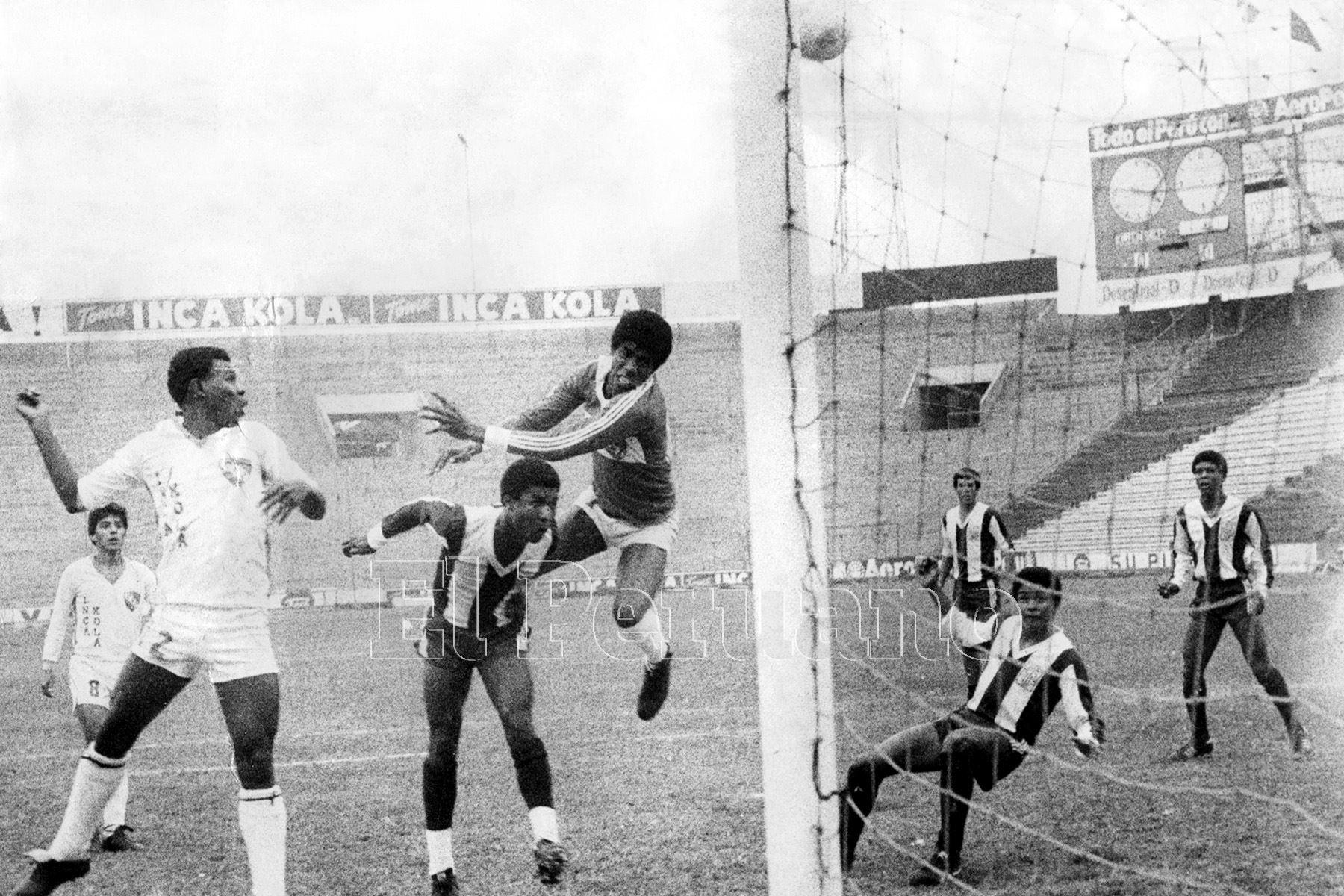 Lima - 16 agosto 1986 / Preciso instante en el que Luis Escobar le anota un gol al CNI de Iquitos por el torneo descentralizado.