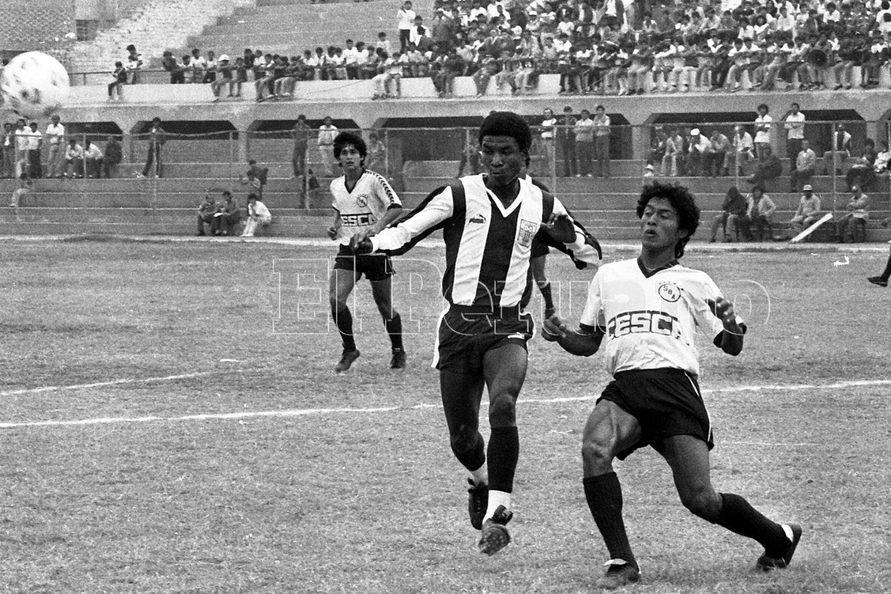 Callao - 7 junio 1987 / El delantero Luis Escobar durante el encuentro que sostuvieron Sport Boys y Alianza Lima por el torneo descentralizado.