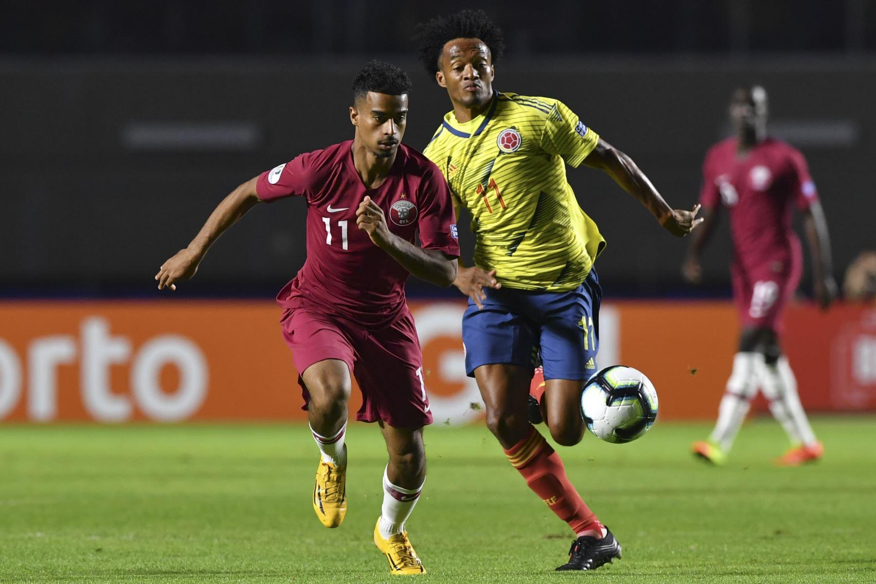 Akram Afif (L), de Qatar, y Juan Guillermo Cuadrado, de Colombia, compiten por el balón durante su partido de torneo de fútbol de la Copa América 2019. Foto: AFP