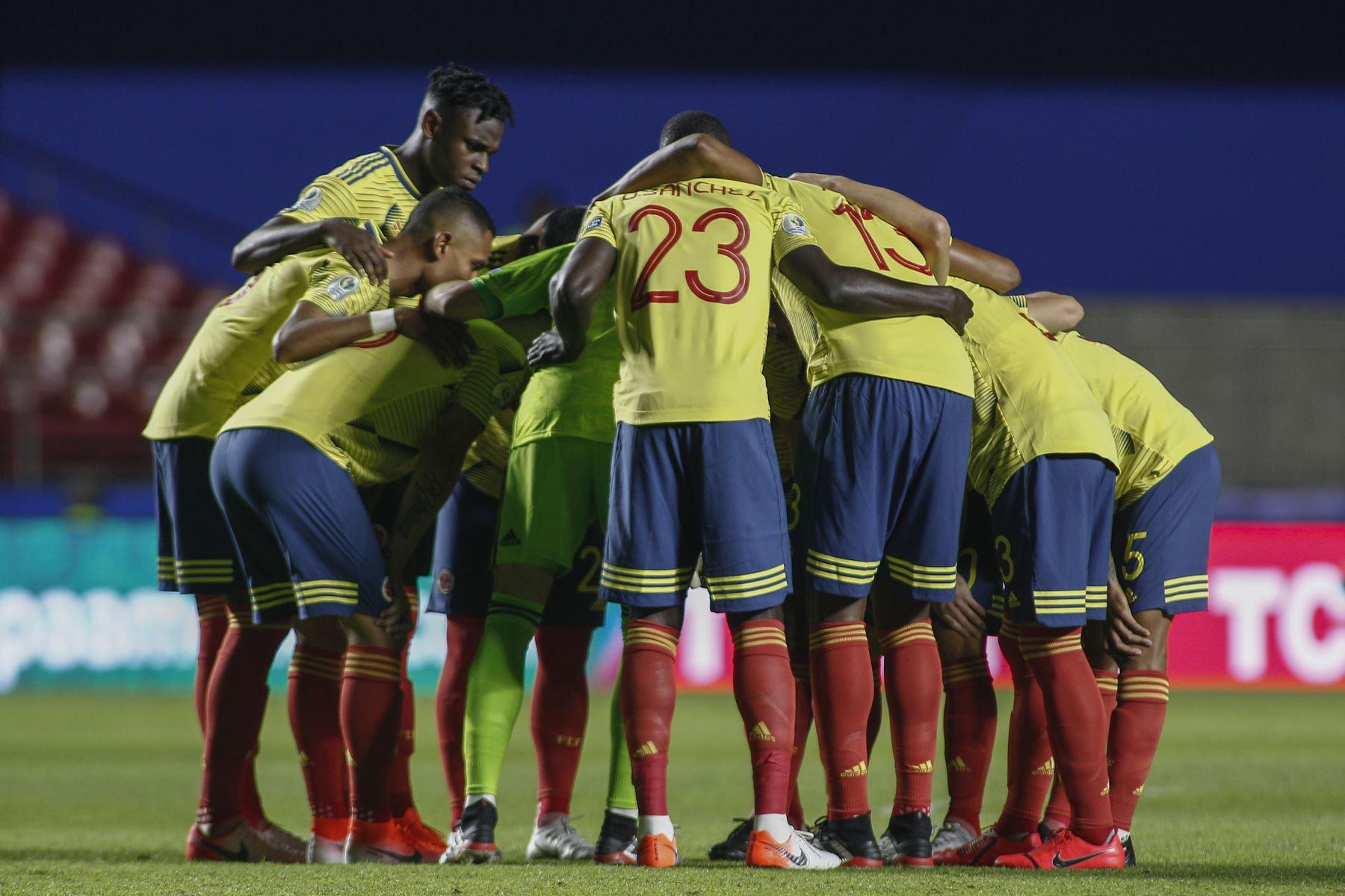 Los jugadores de Colombia se reúnen antes del inicio de su partido de torneo de fútbol de la Copa América contra Qatar en el estadio Cicero Pompeu de Toledo  en Sao Paulo, Brasil. Foto: AFP
