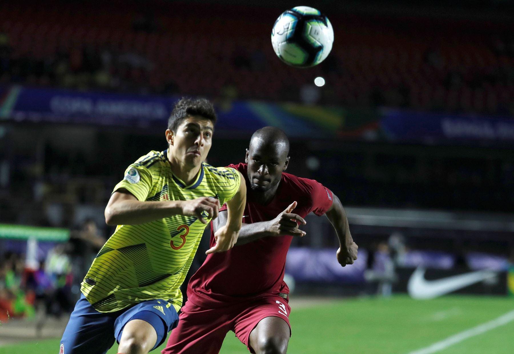 El jugador de Colombia Stefan Medina (i) disputa el balón con Abdelkarim Fadlalla de Catar , durante el partido Colombia-Catar del Grupo B de la Copa América de Fútbol 2019. Foto: EFE