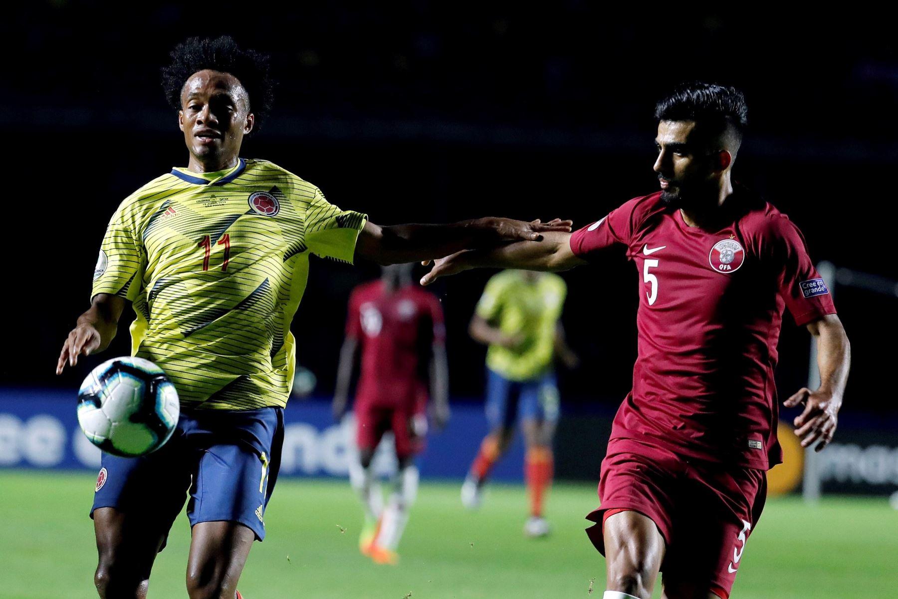 El jugador de Colombia Juan Cuadrado (i) disputa el balón con Tarek Salman de Catar durante el partido Colombia-Catar del Grupo B de la Copa América de Fútbol 2019. Foto: AFP