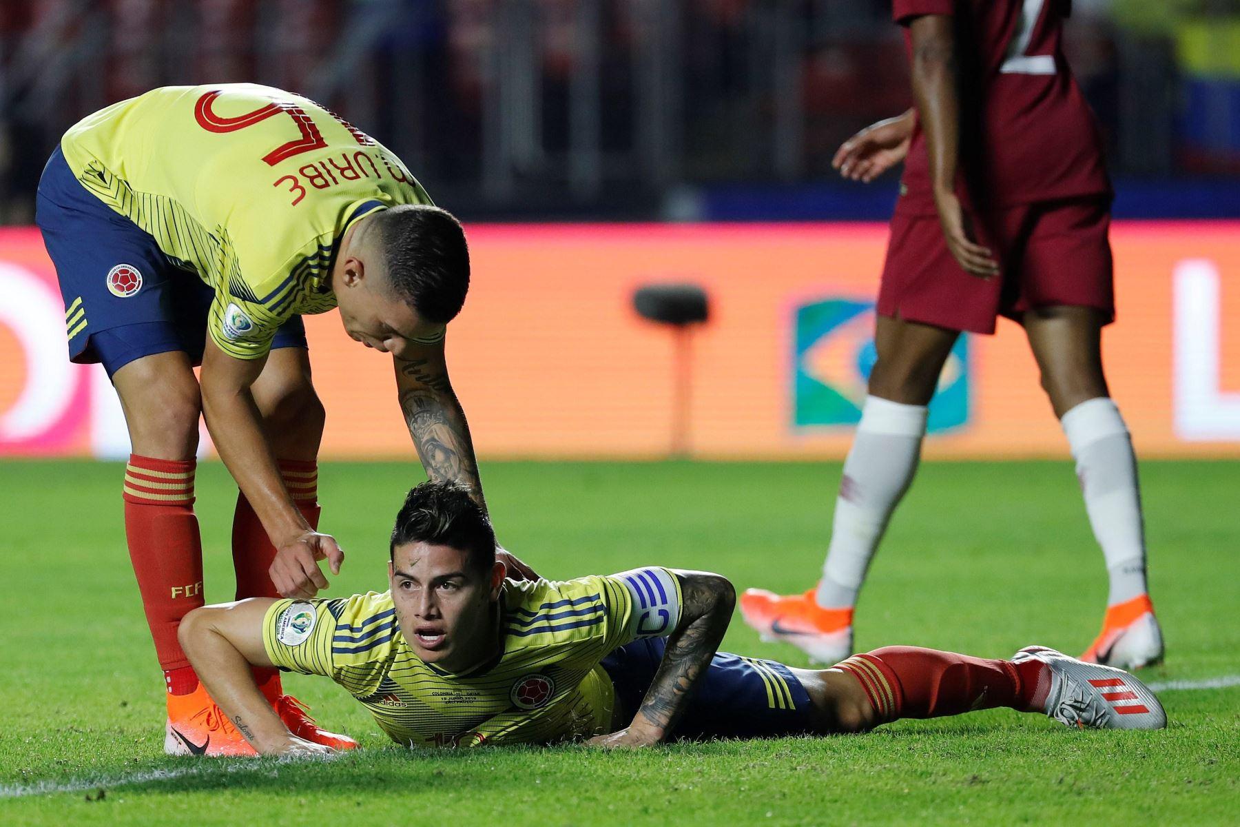 El jugador de Colombia James Rodríguez (abajo) cae durante el partido Colombia-Catar del Grupo B de la Copa América de Fútbol 2019. Foto: FP